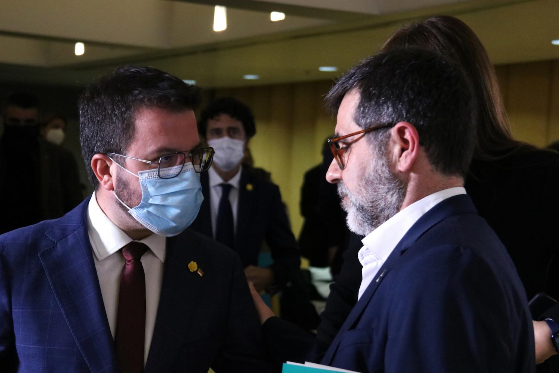 El vicepresident del Govern i candidat d'ERC, Pere Aragonès, amb el secretari general de JxCat, Jordi Sànchez, després de la compareixença del segon, a Barcelona el 23 de març de 2021 / ACN