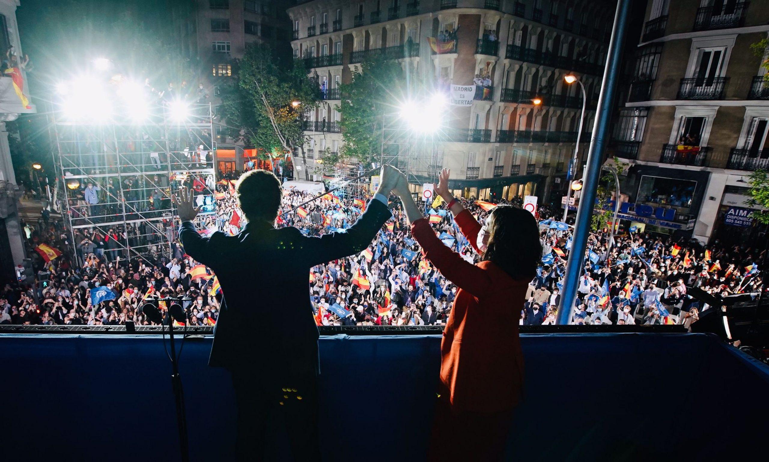 Casado i Ayuso, al balcó de la seu del carrer Génova saludant els simpatitzants congregats / ACN