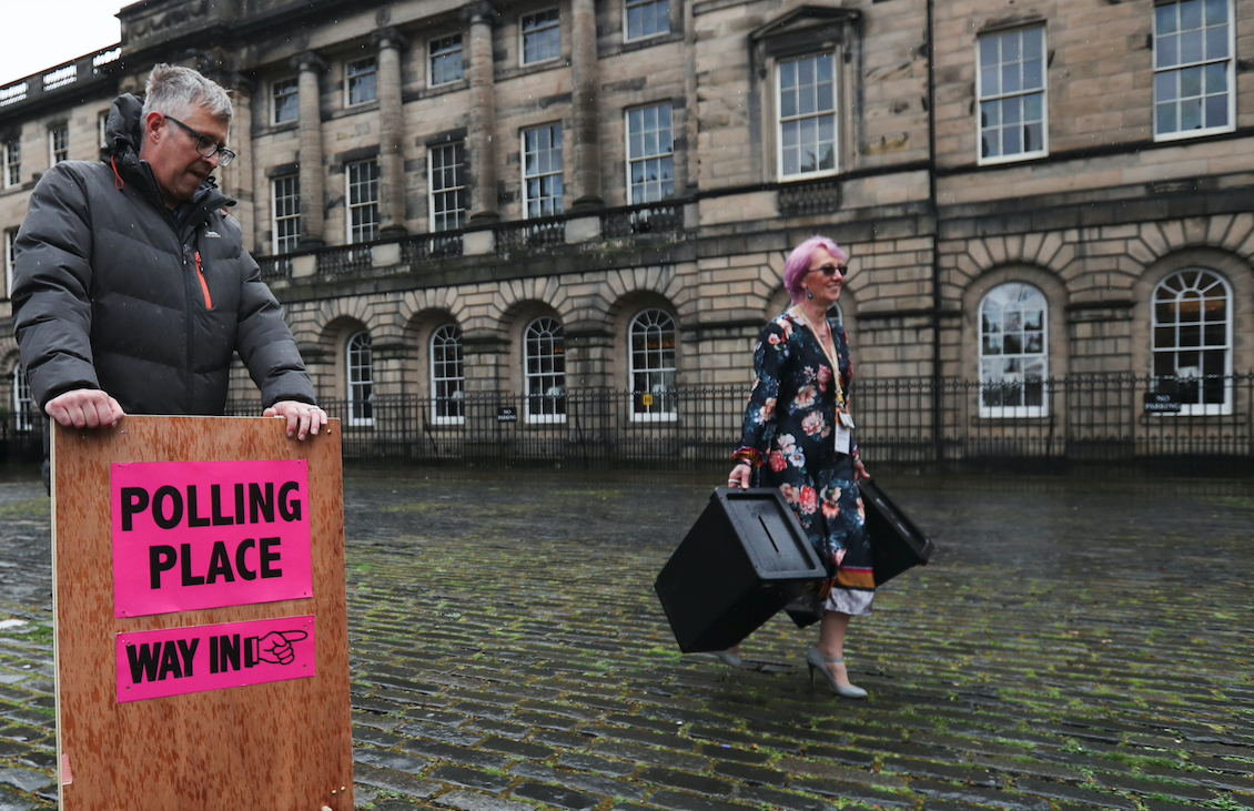 Treballadors governamentals porten urnes i un rètol a una furgoneta mentre es preparen per lliurar-los als col·legis electorals abans de les eleccions parlamentàries escoceses del 6 de maig a Edimburg, Escòcia | ACN