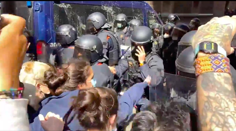 Tensió entre Mossos i veïns al Raval durant un desnonament / Sindicat Habitatge Raval