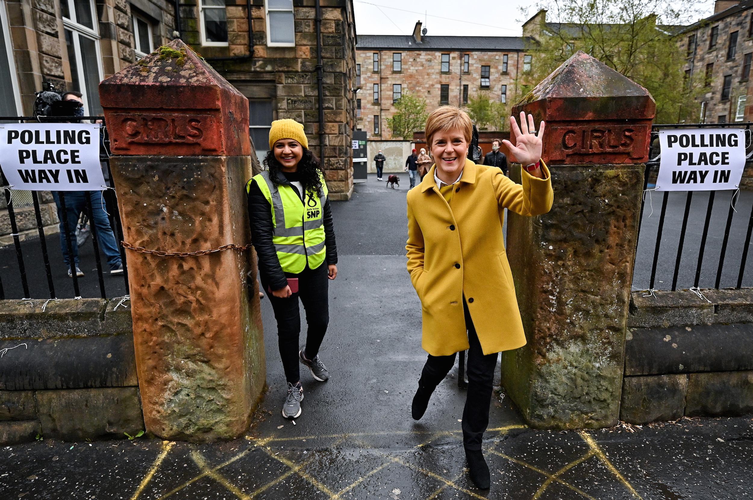 La candidata de l'SNP a la reelecció, Nicola Sturgeon, en un col·legi electoral a Glasgow, el 6 de maig del 2021 / ACN