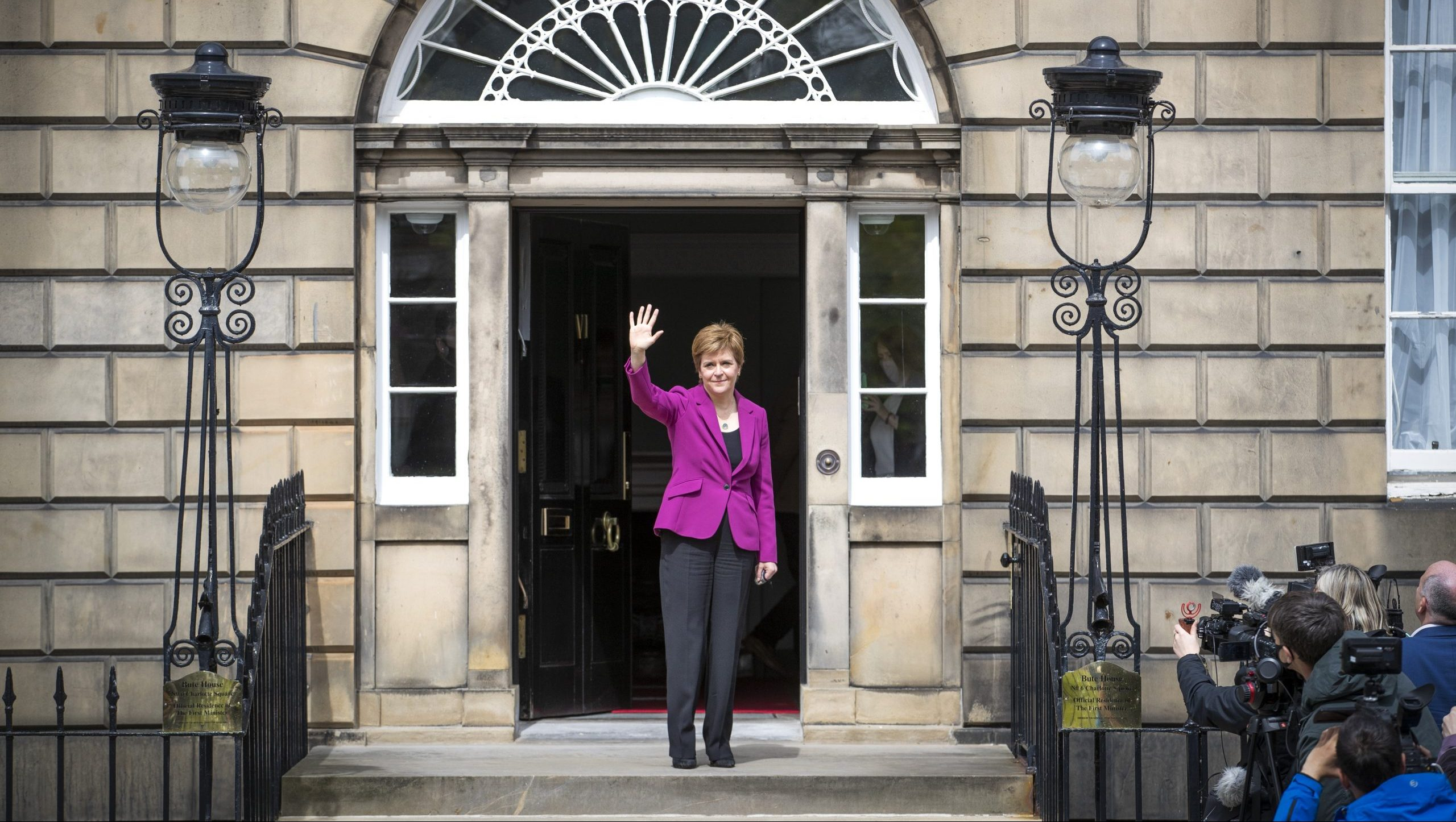 Sturgeon, a la porta de Bute House, a Edinburg, la residència oficial del primer ministre d'Escòcia, aquest diumenge / Jane Barlow/PA Wire/dpa/Europa Press