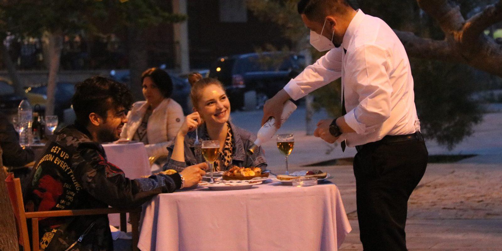 Un cambrer servint una parella en un restaurant de la Barceloneta | ACN