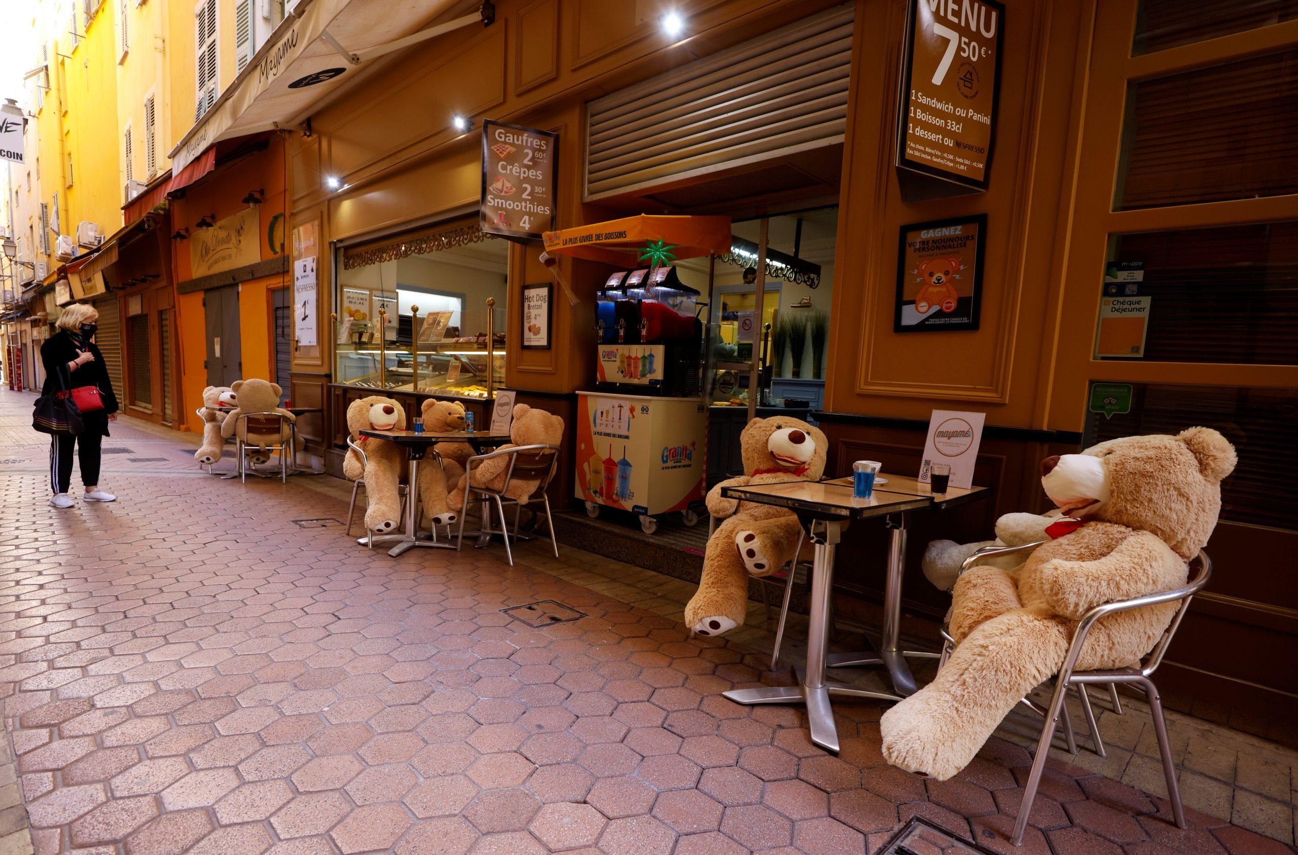 Ossets de peluix s'asseuen a les taules d'un bar que es prepara per a la reobertura a Niça, França, el 3 de maig de 2021 / ACN