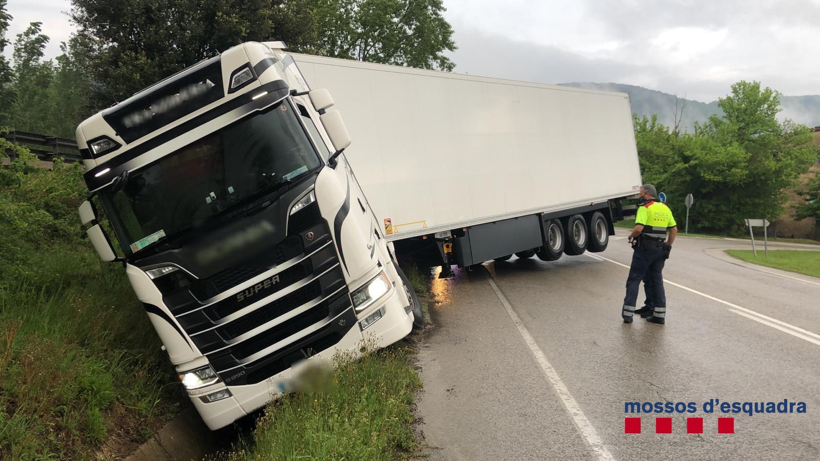 El camió accidentat a la Garrotxa conduit per un borratxo irlandès/Mossos