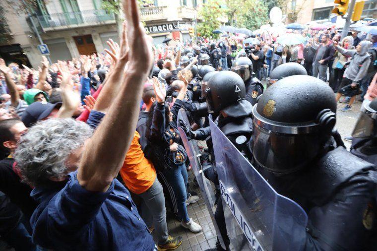 Antiavalots de la policia espanyola intentant impedir la votació en el referèndum de l'1-O a Barcelona / Jordi Borràs
