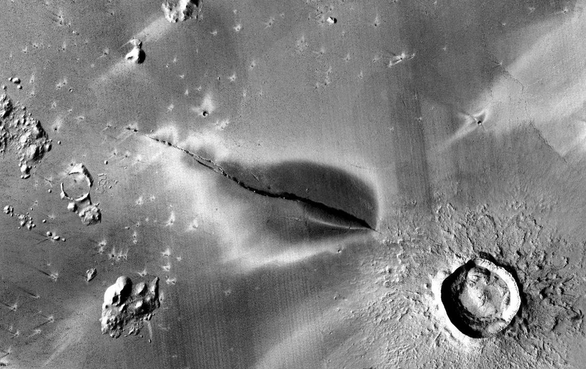 El dipòsit de cendra volcànica que envolta la fossa Cerberus, a Mart | NASA