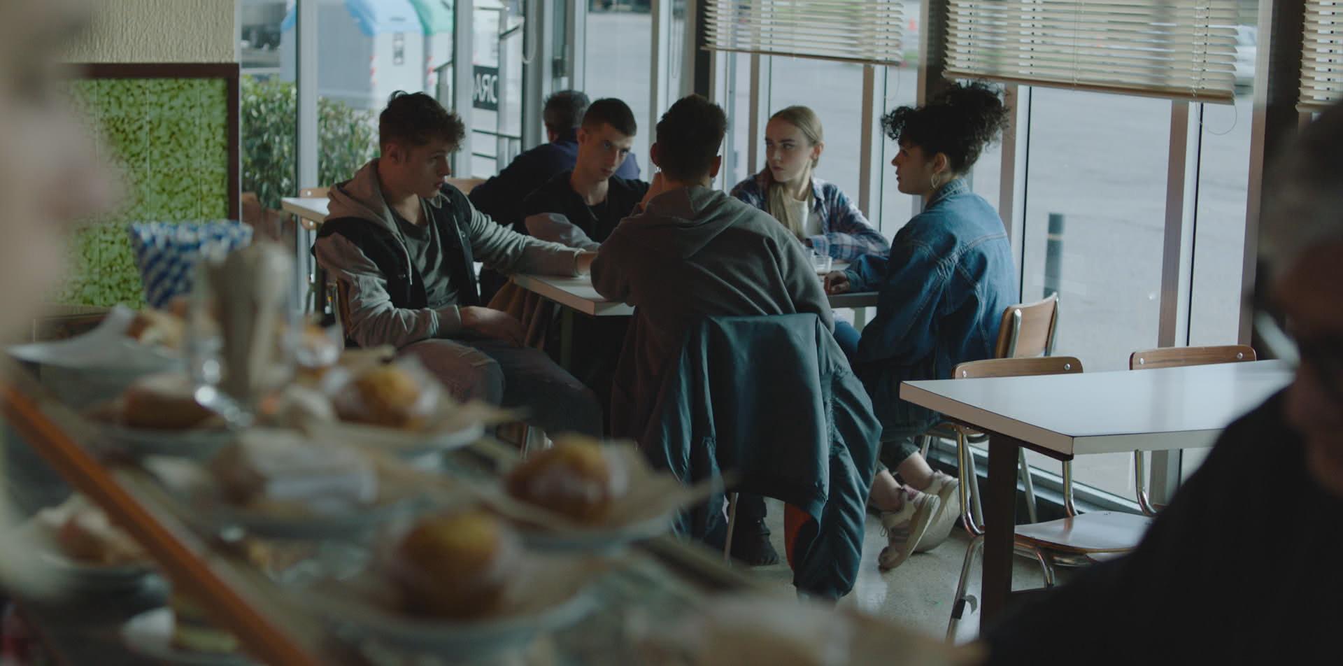 Fotograma de 'Moebius', amb alguns dels seus joves protagonistes (ACN)