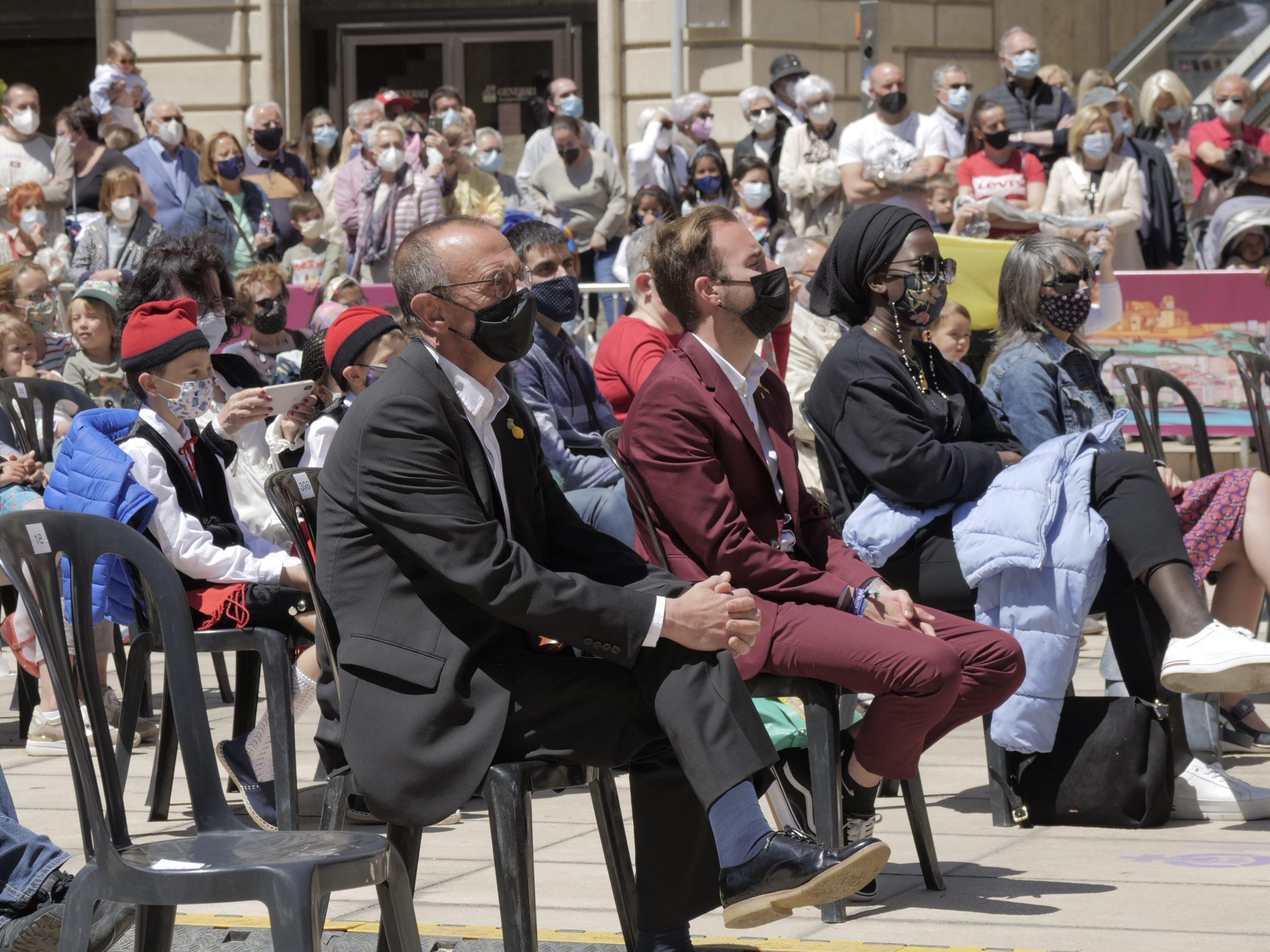L'alcalde de Lleida, Miquel Pueyo, i altres autoritats locals, seguint els actes de cultura popular amb motiu de Sant Anastasi de Lleida a la plaça Sant Joan / ACN