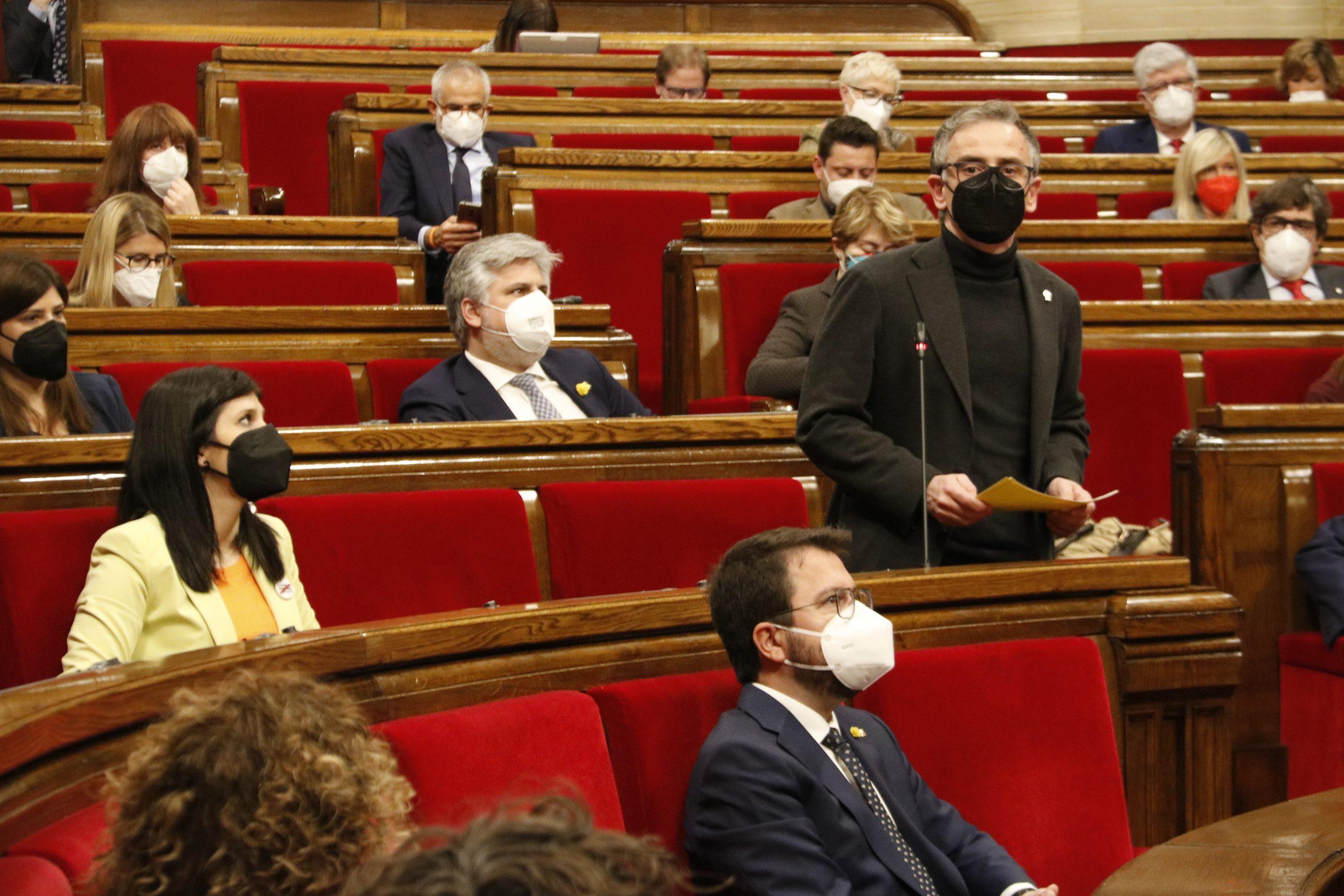 Pla general del president d'ERC al Parlament, Josep Maria Jové, intervenint a la sessió de control del ple el 29 d'abril del 2021 (horitzontal)