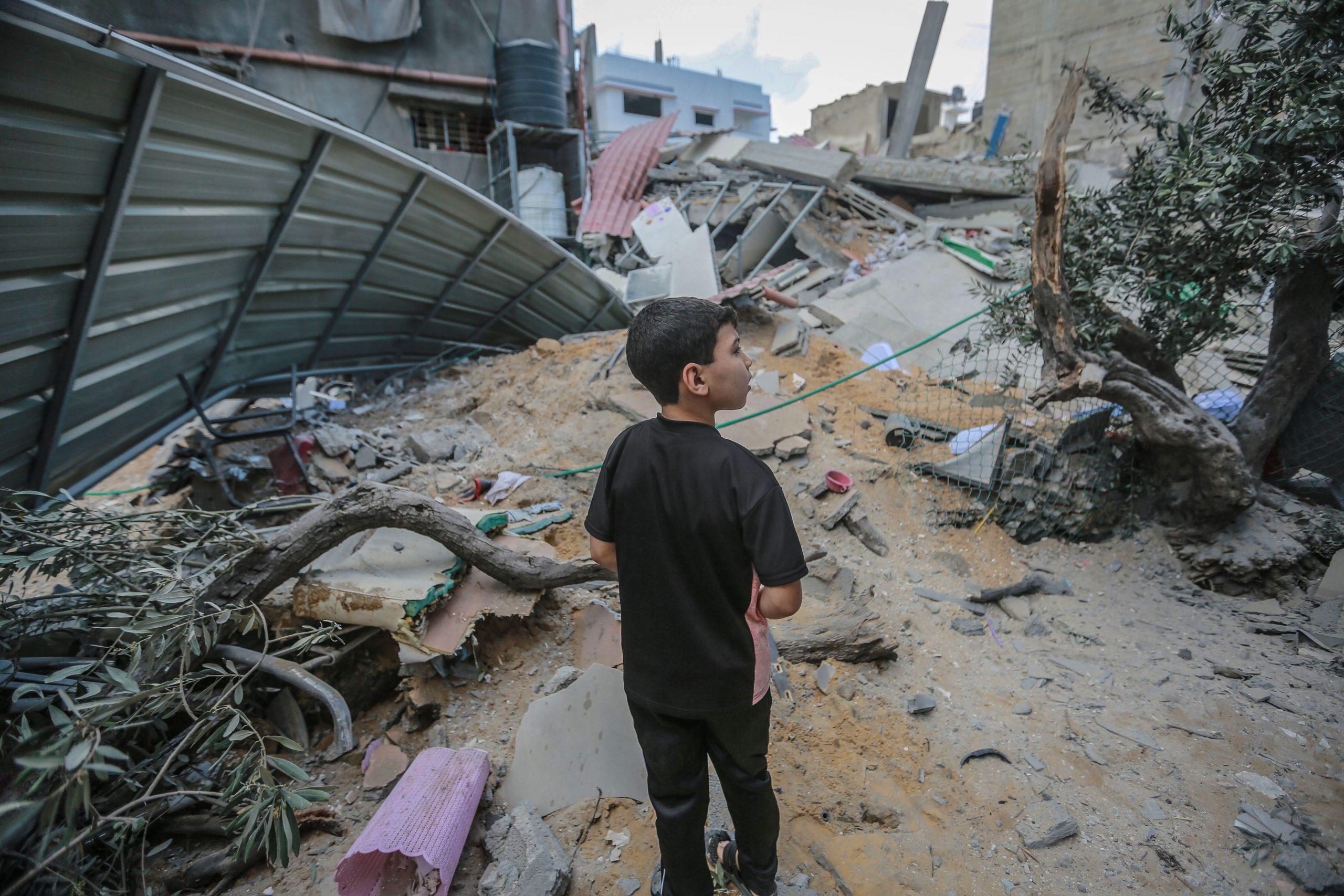 Un nen es mira els efectes d'un bombardeig israelià a Gaza, avui / Foto: Mohammed Talatene/dpa/ Europa Press