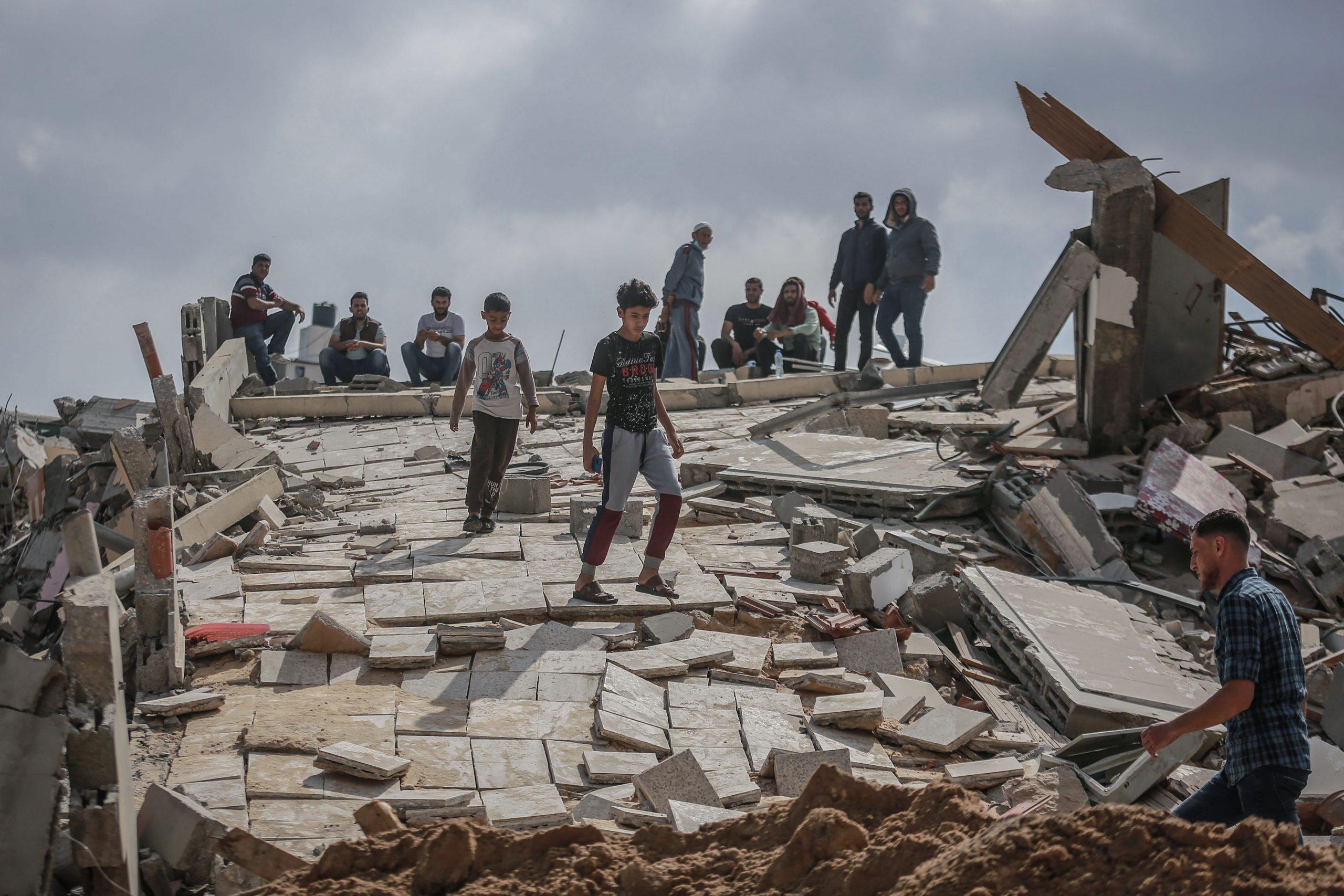 Palestins inspeccionant una zona bombardejada per Israel a Gaza /Foto: Mohammed Talatene/dpa/Europa Press