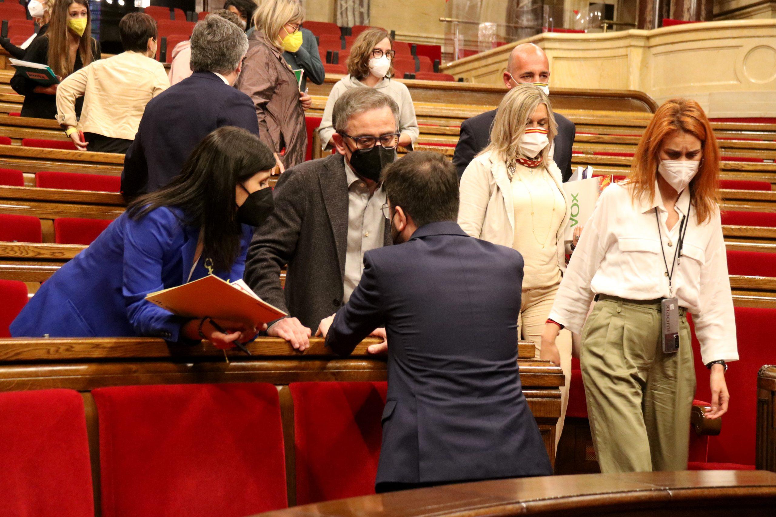 La líder dels comuns, Jéssica Albiach, passant pel costat de Pere Aragonès i els negociadors d'ERC al Parlament, ahir / ACN
