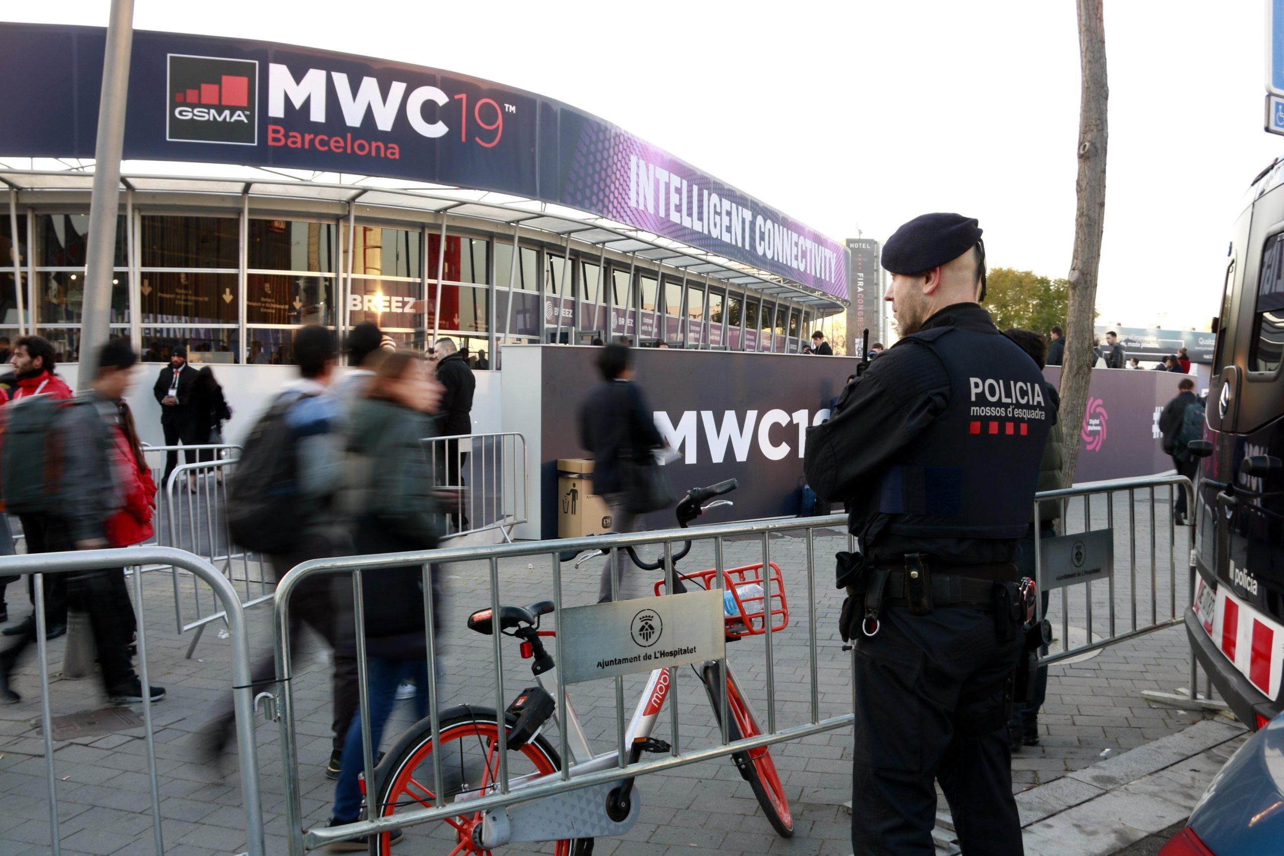 Un agent antiavalot de Mossos d'Esquadra vigilant el recinte del Mobile World Congress. / ACN (Laura Fíguls)