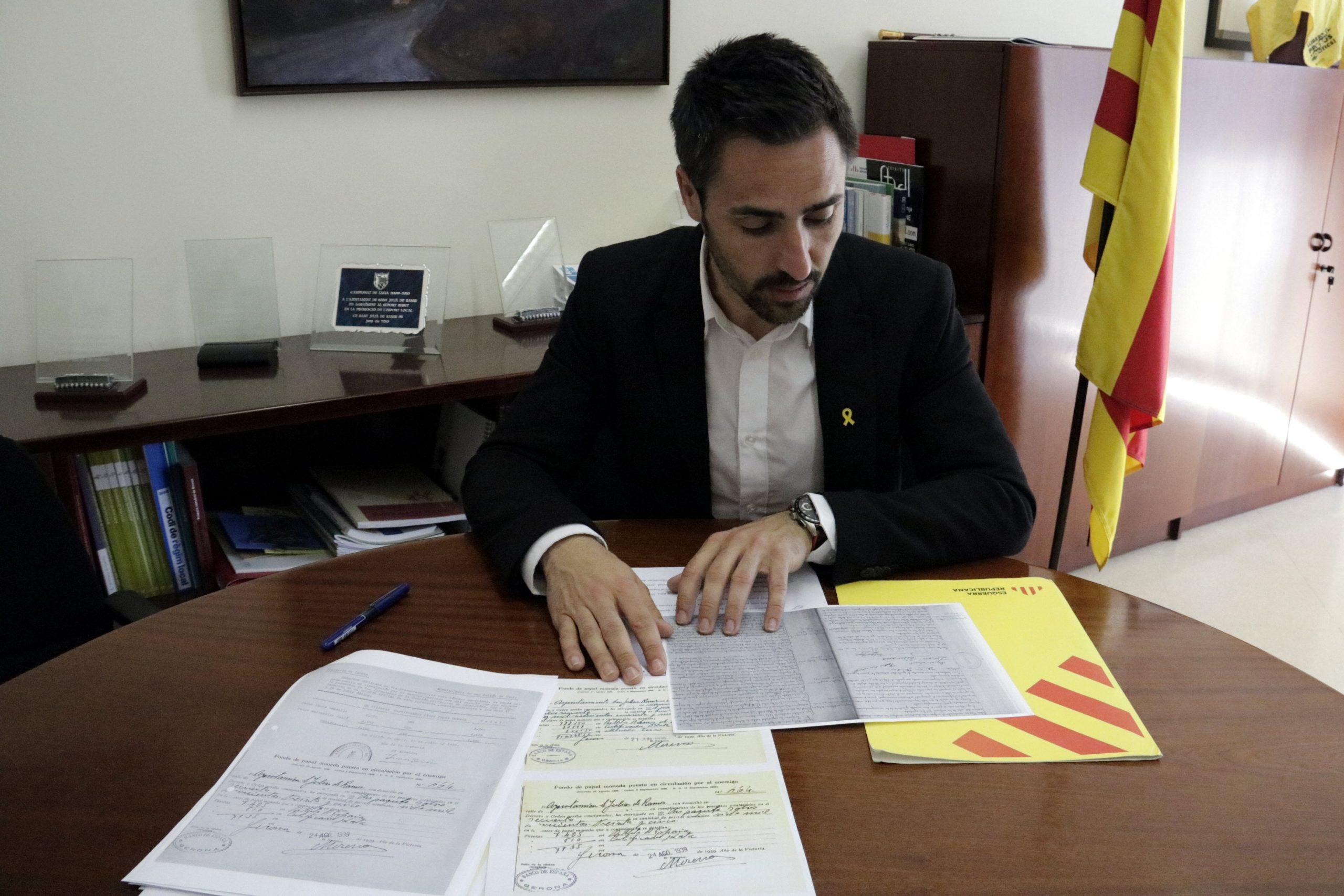 L'alcalde de Sant Julià de Ramis amb els documents que justifiquen els diners republicans que l'ajuntament va entregar i no van tornar (ACN)