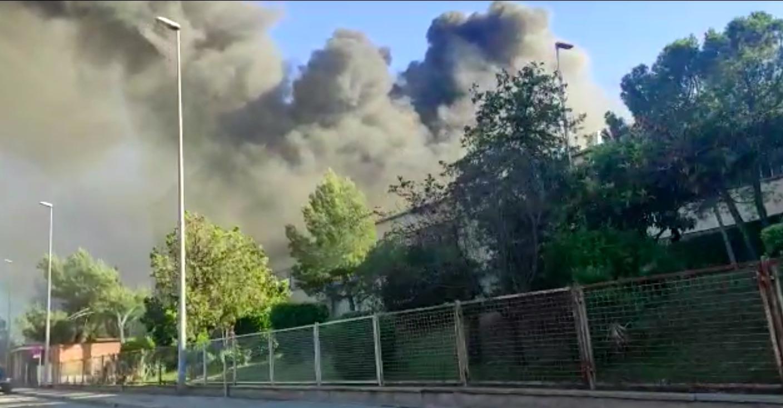 El fum de l'incendi a la fàbrica Lemmerz/Neus