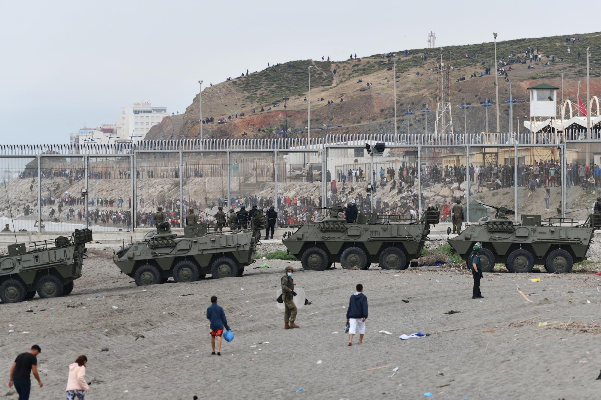 Tancs de l'exèrcit espanyol en les devolucions en calent dels migrants a Ceuta / Antonio Sempere / Europa Press