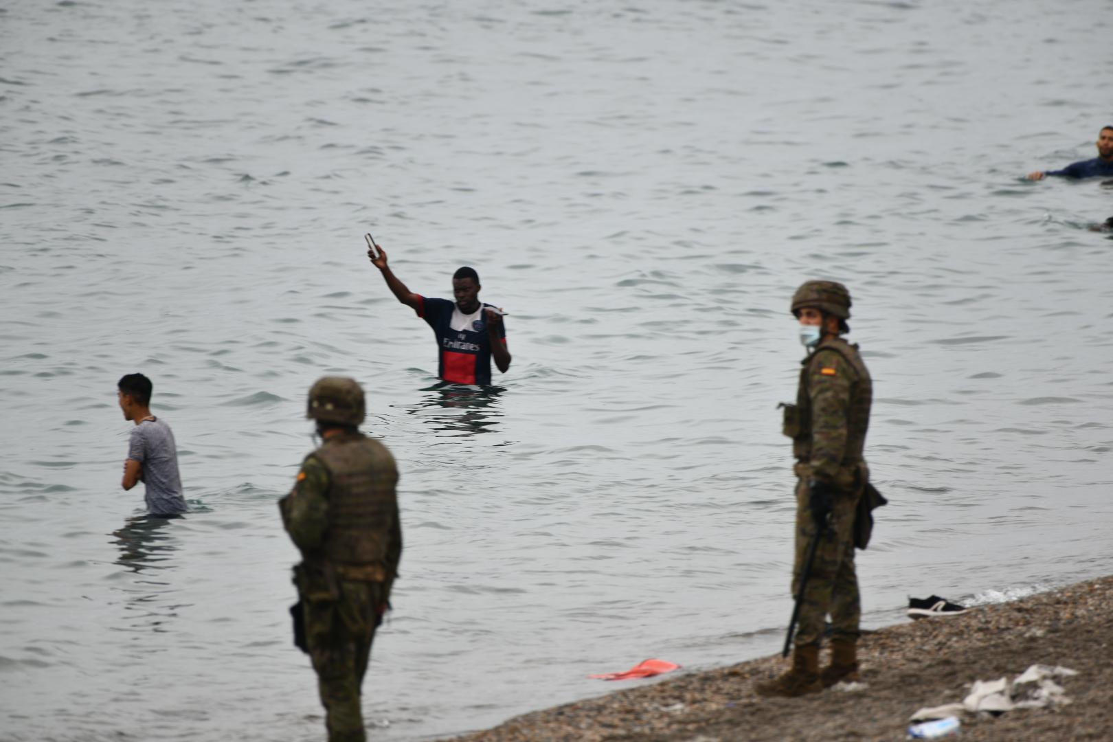 Militars espanyols a Ceuta fent devolucions 'en calent' de migrants en l'entrada massiva que s'ha produït aquest dimarts, 18 de maig / Antonio Sempere / Europa Press