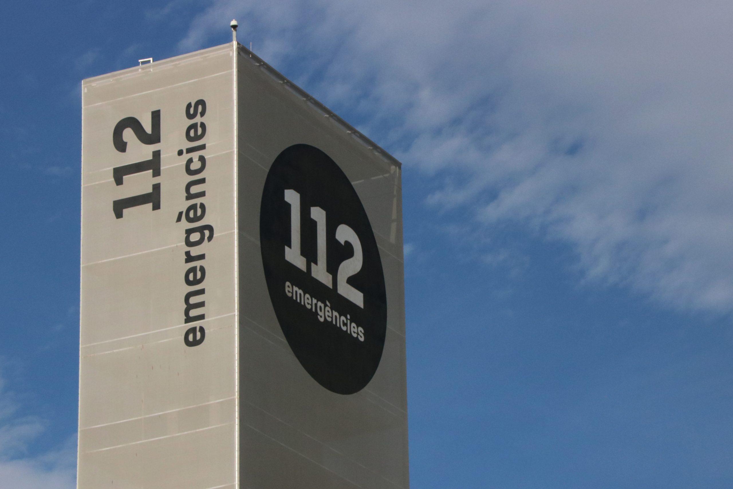 Els rètols de '112 Emergències' que coronen el centre de Reus / ACN