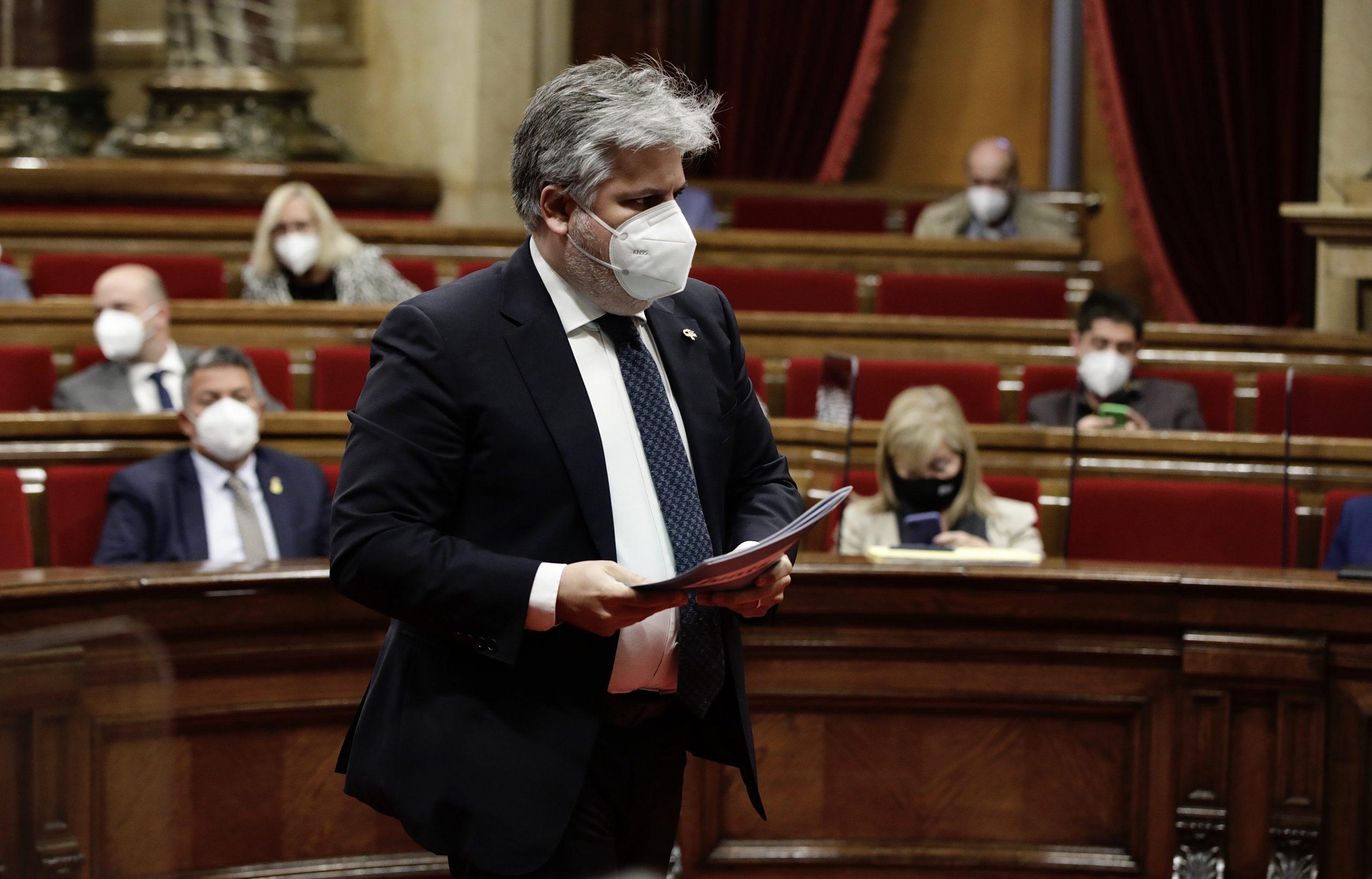 El president del grup parlamentari de JxCat, Albert Batet, baixant del seu escó cap al faristol de l'hemicicle el 20 de maig del 2021. (Horitzontal)