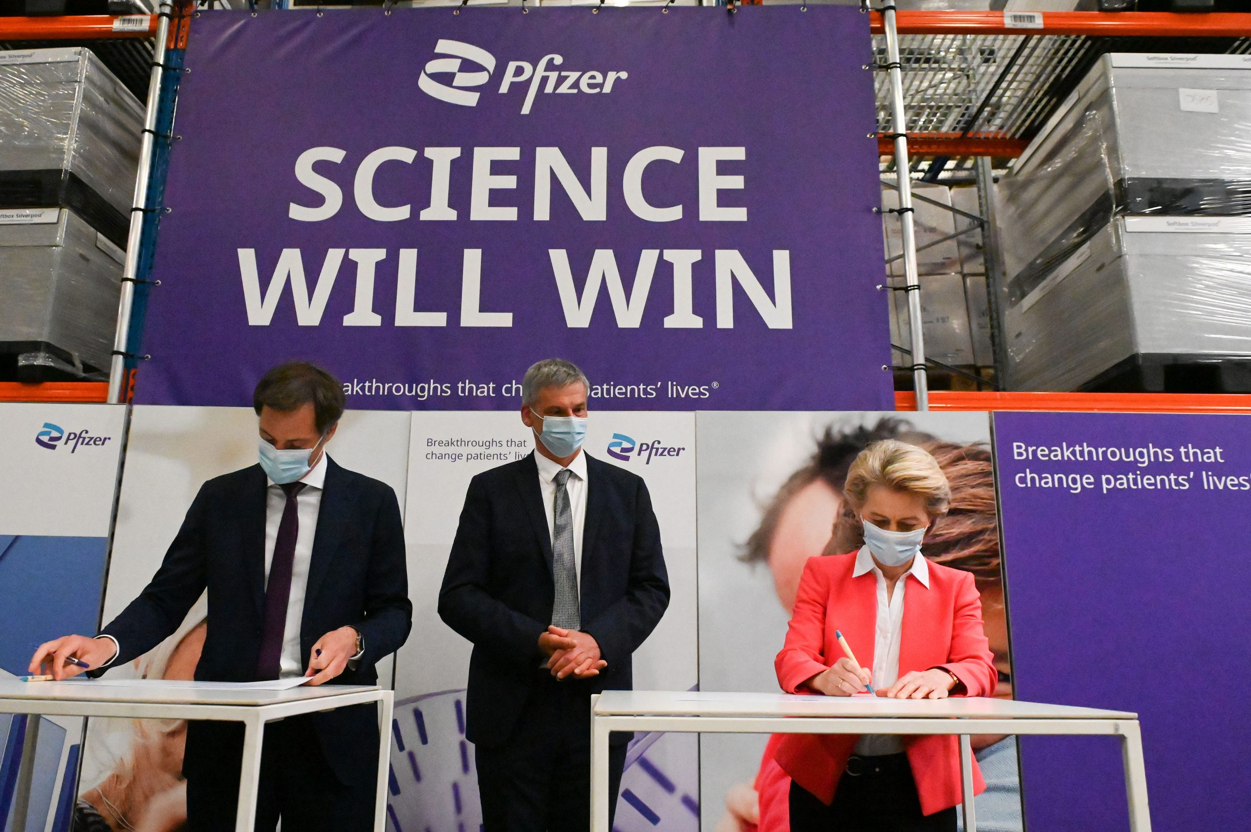 Ursula von der Leyen, presidenta de la Comissió Europea, a la fàbrica de Pfizer a Puurs-Sint-Amands, on es produeix la vacuna de Pfizer-BioNTech | ACN