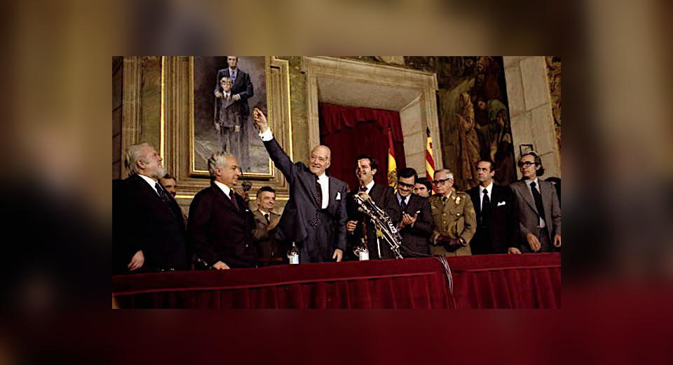 Tarradellas rep la medalla de president de la Generalitat de la mà de Suárez/Presidència.cat