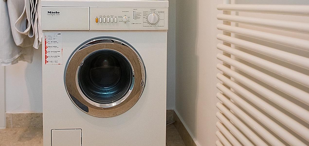 La rentadora és un dels aparells que consumeix més i que valdrà la pena fer servir en hores vall / Bububácsi/Pixabay