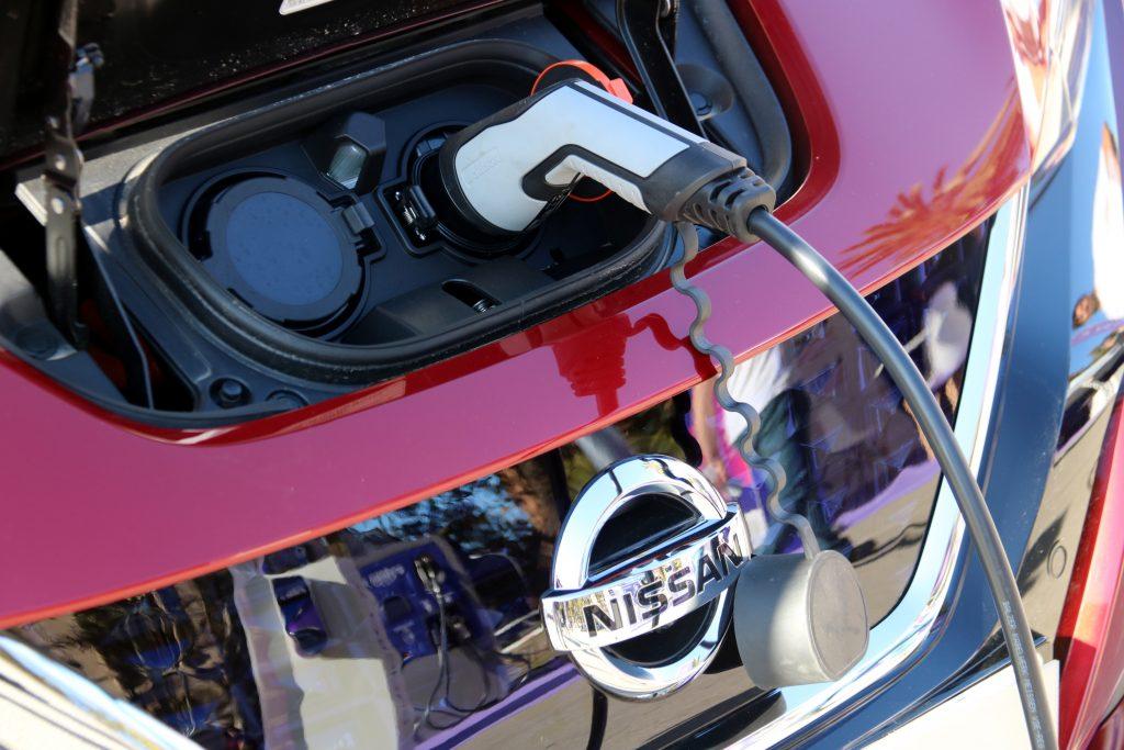 Un cotxe elèctric en un punt de recàrrega. Imatge del 2 de novembre del 2019 / ACN