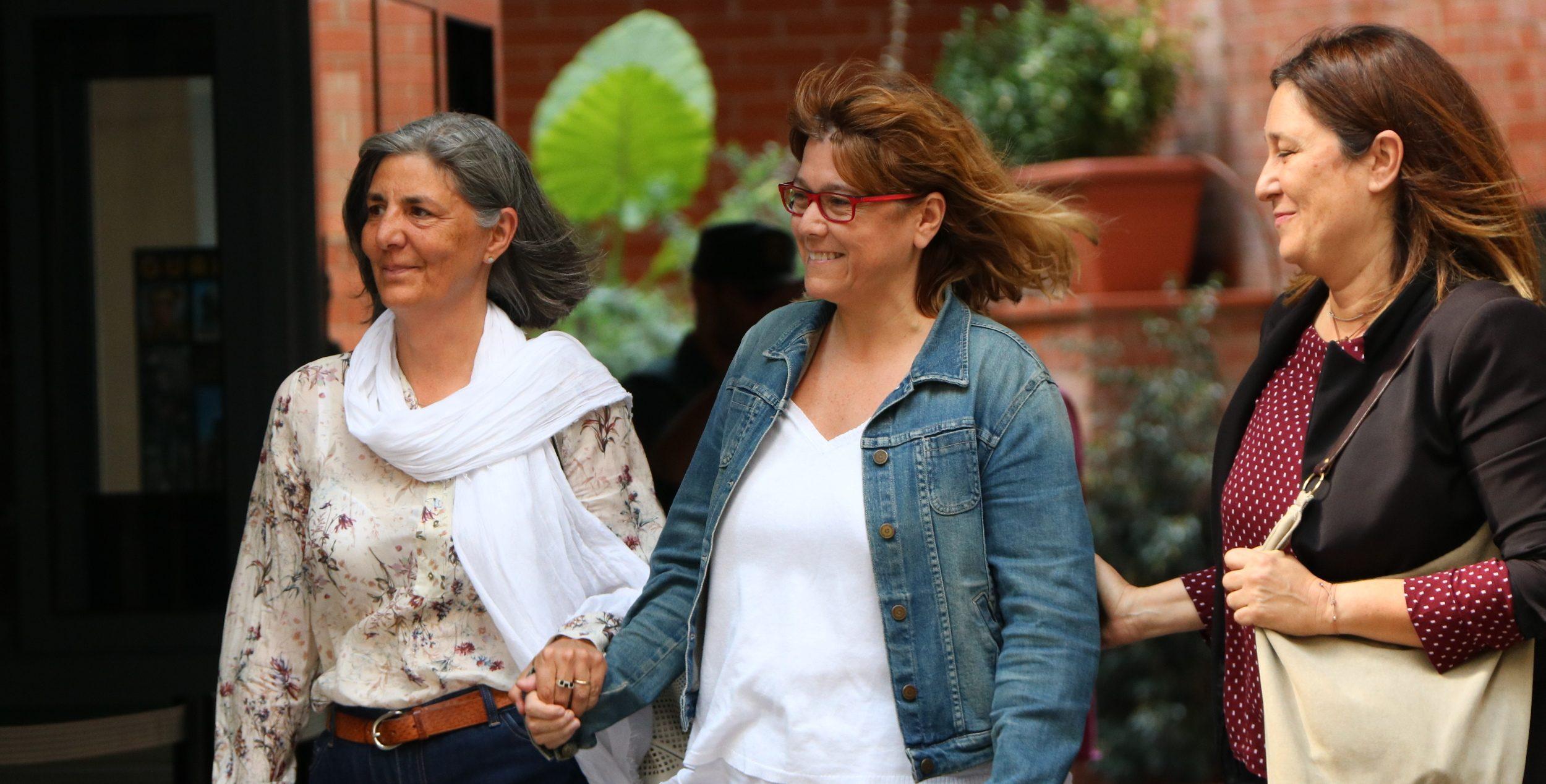 Natàlia Garriga, al mig, el 21 de setembre del 2017, sortint de la caserna de la Guàrdia Civil després de ser detinguda el 20-S, en operació contra el referèndum, quan era directora de serveis de la secretaria general de la Vicepresidència / ACN