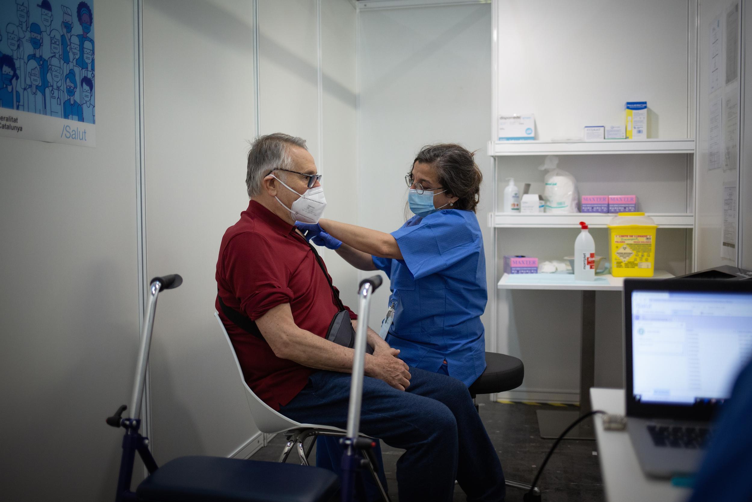 Una sanitària posa la vacuna a un home / EP