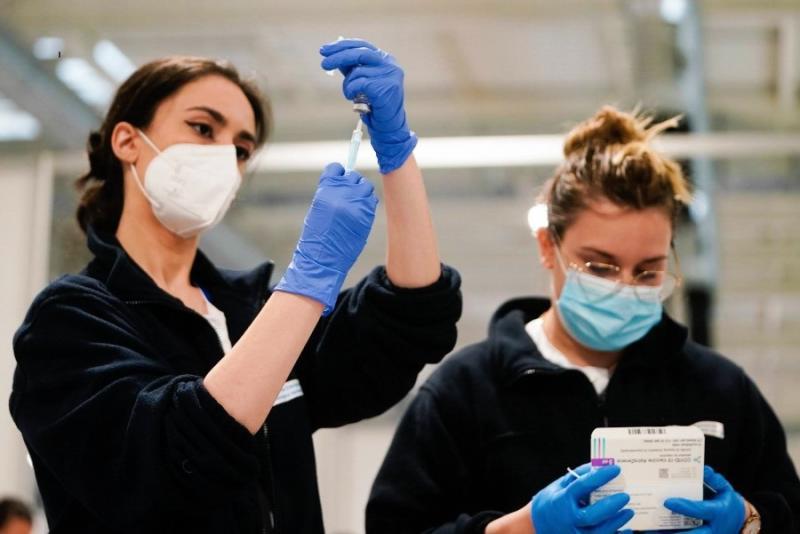 Una infermera administra una vacuna d'AstraZeneca / CAM