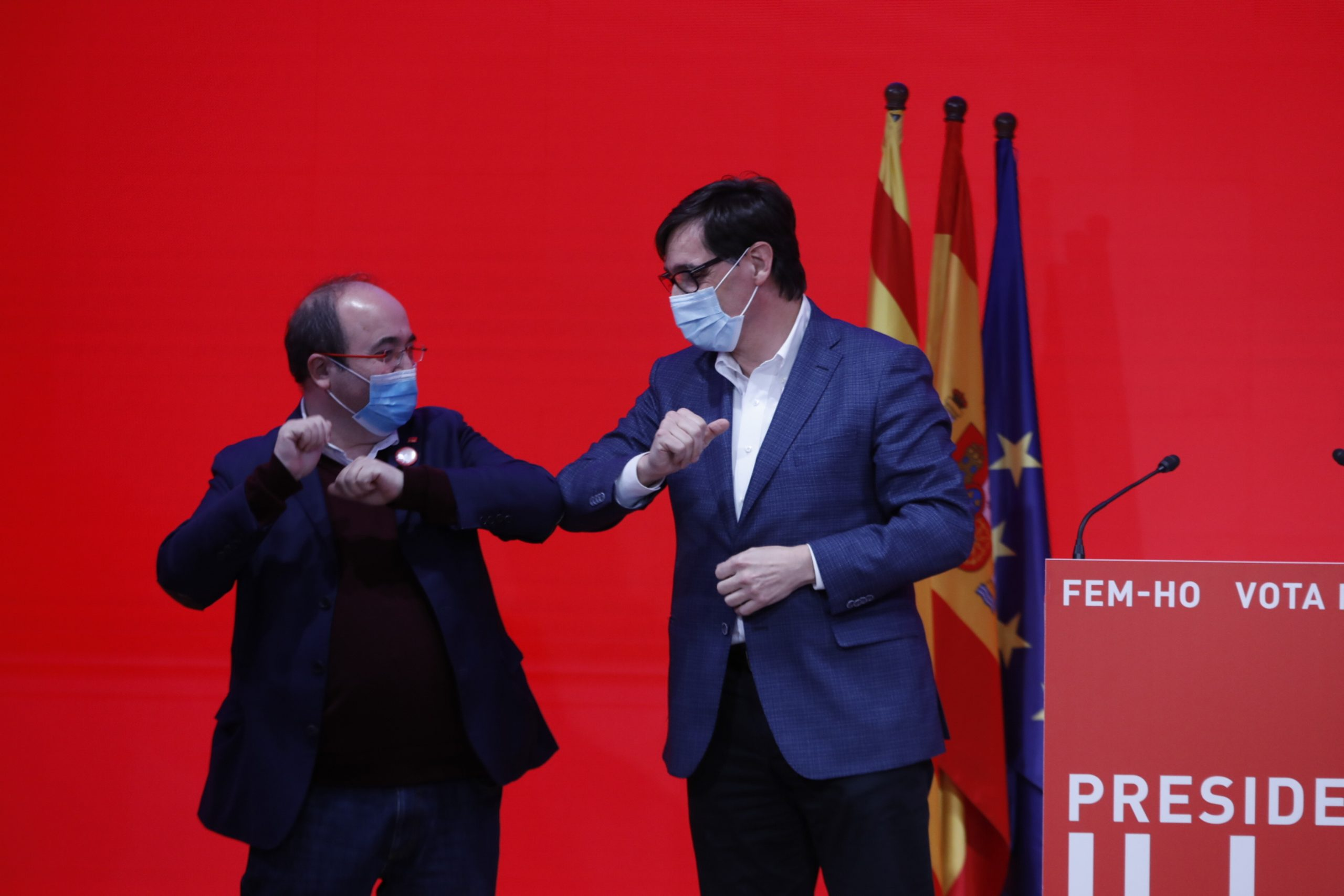 El candidat del PSC, Salvador Illa, saludant-se de colzes amb el líder del PSC i ministre, Miquel Iceta, després de la victòria del 14-F / ACN