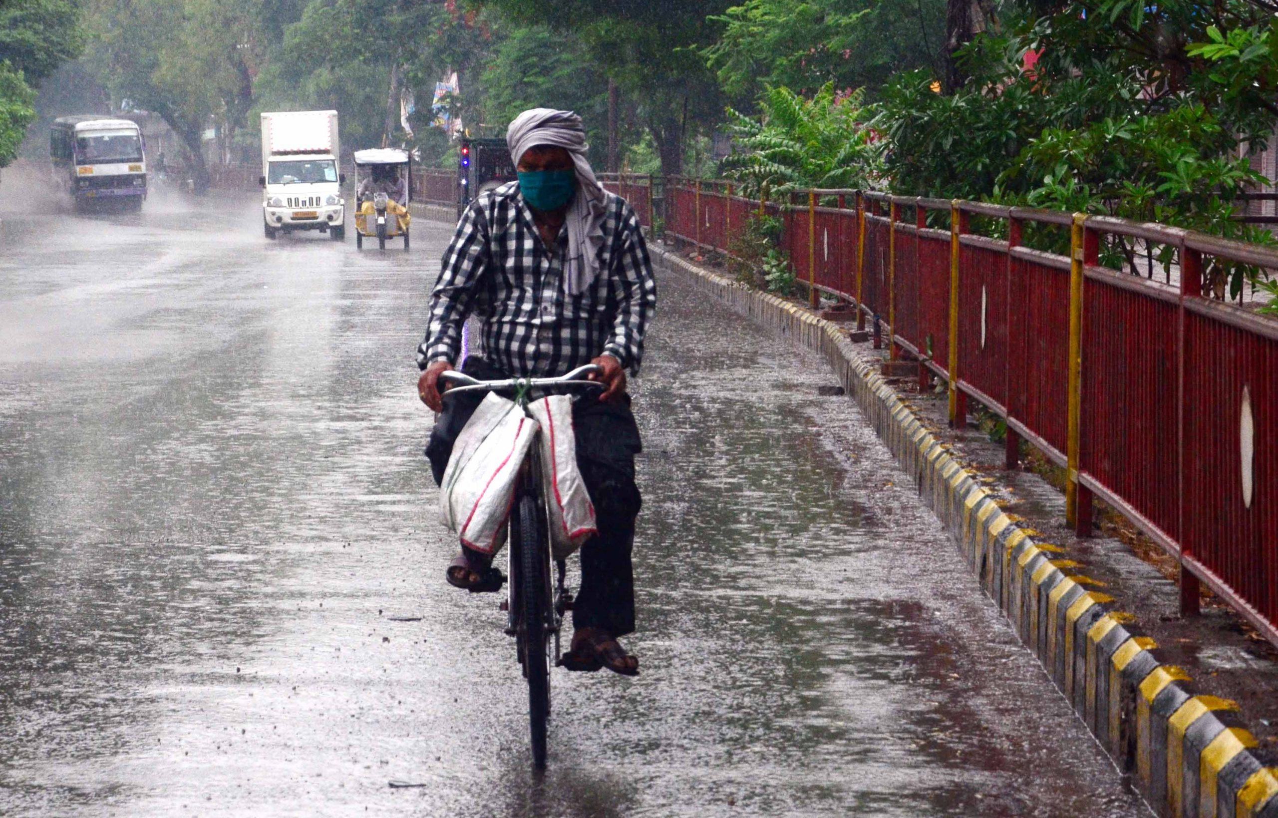 Un home circula amb bicicleta per una carretera a l'Índia / EP