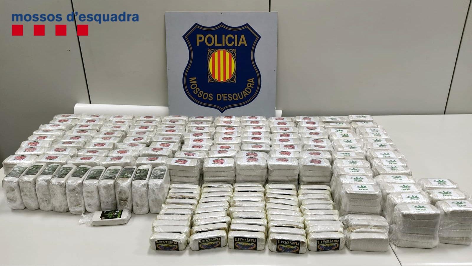 Els 53 quilos de pol·len d'haixix decomissats pels Mossos d'Esquadra en un pis de Sant Adrià de Besòs (Horitzontal).