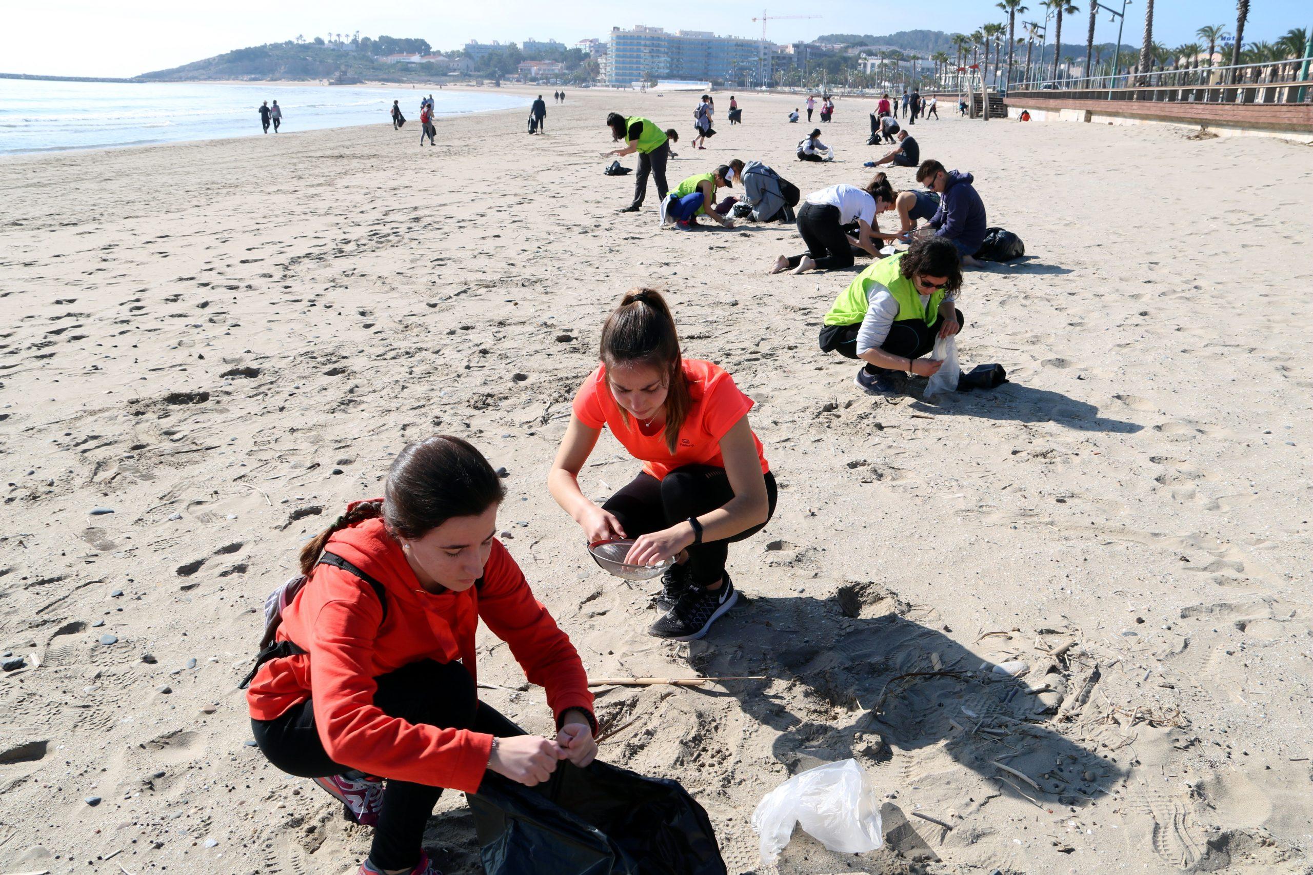 Voluntaris que han participat en la jornada de neteja de la platja de La Pineda