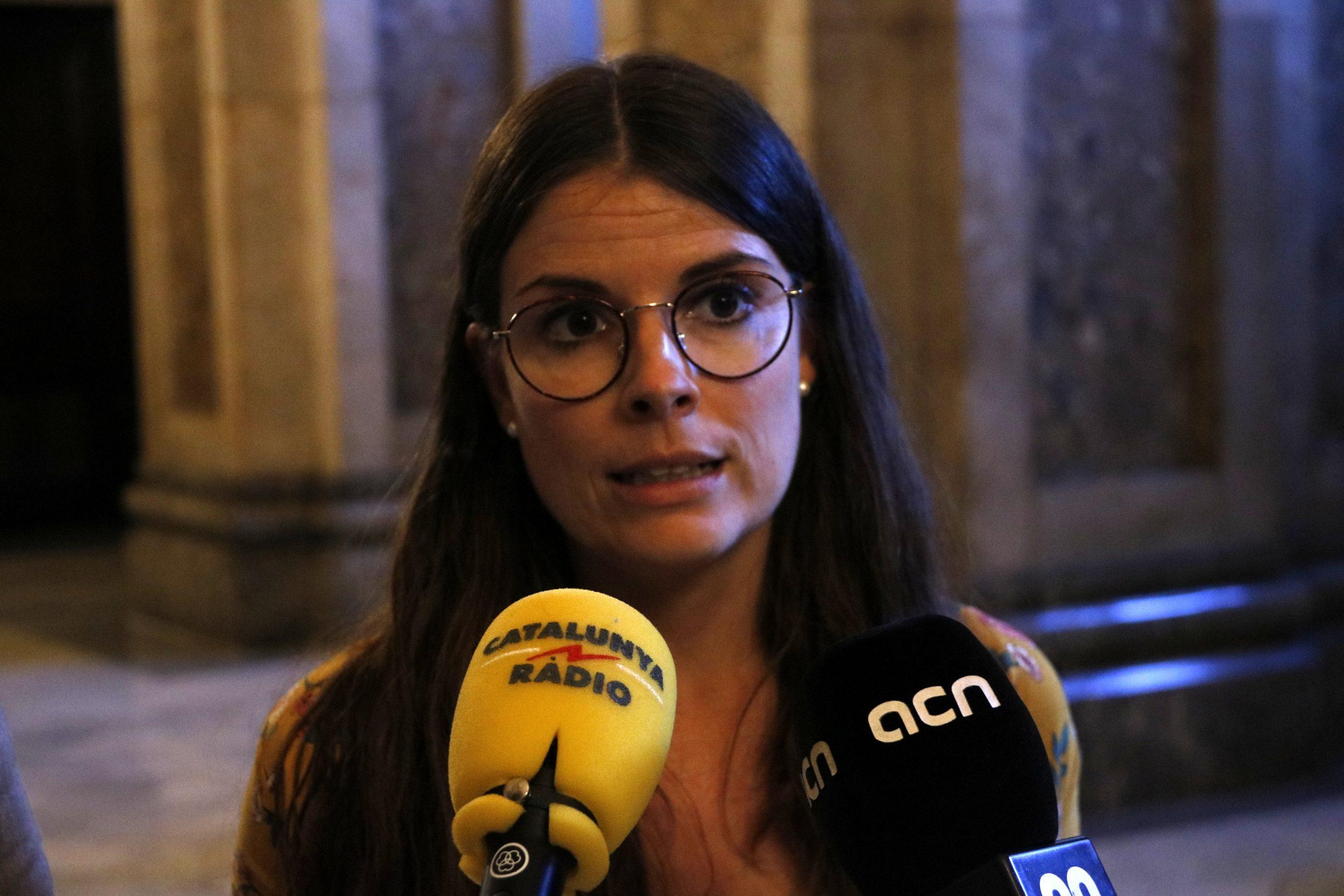 La diputada de JxCat Mònica Sales en declaracions als mitjans al Parlament (ACN)