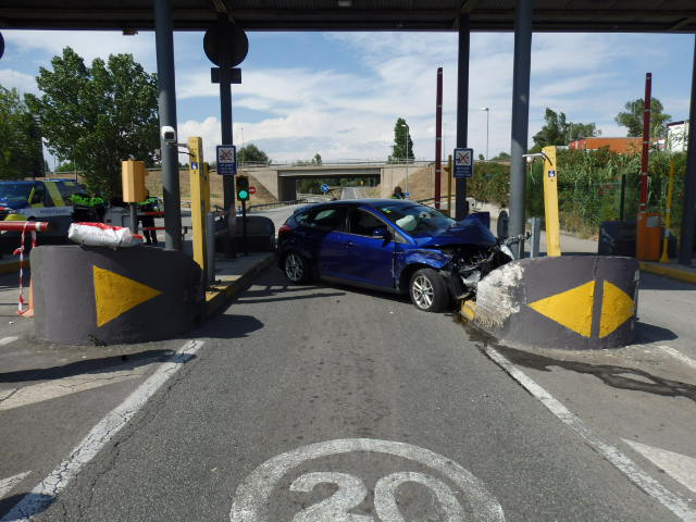 Pla general del vehicle accidentat a l'accés del CIM Vallès, a Santa Perpètua de Mogoda (ACN)