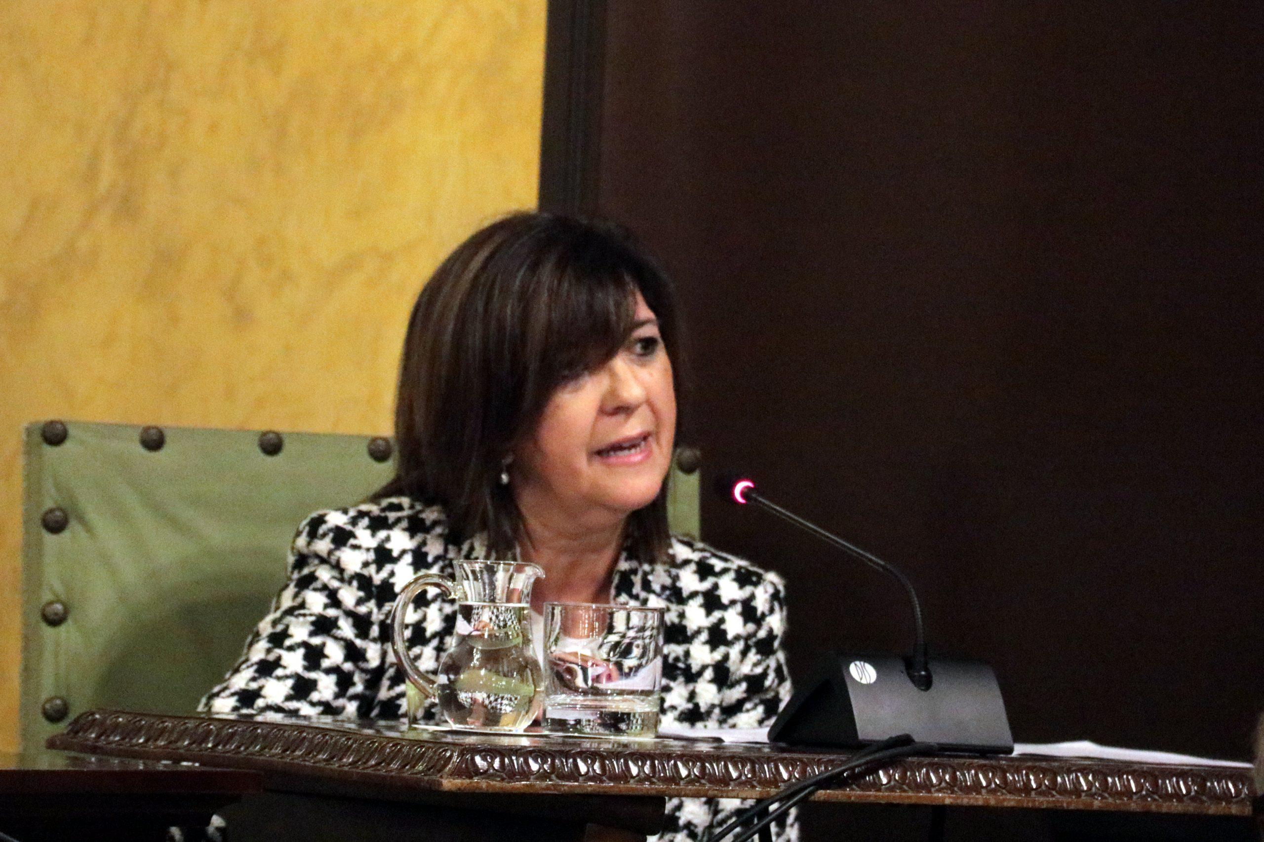Pla mitjà de la síndica municipal de greuges de Lleida, Dora Padial, intervé durant la seva presa de possessió a l'Ajuntament de Lleida. (Horitzontal)