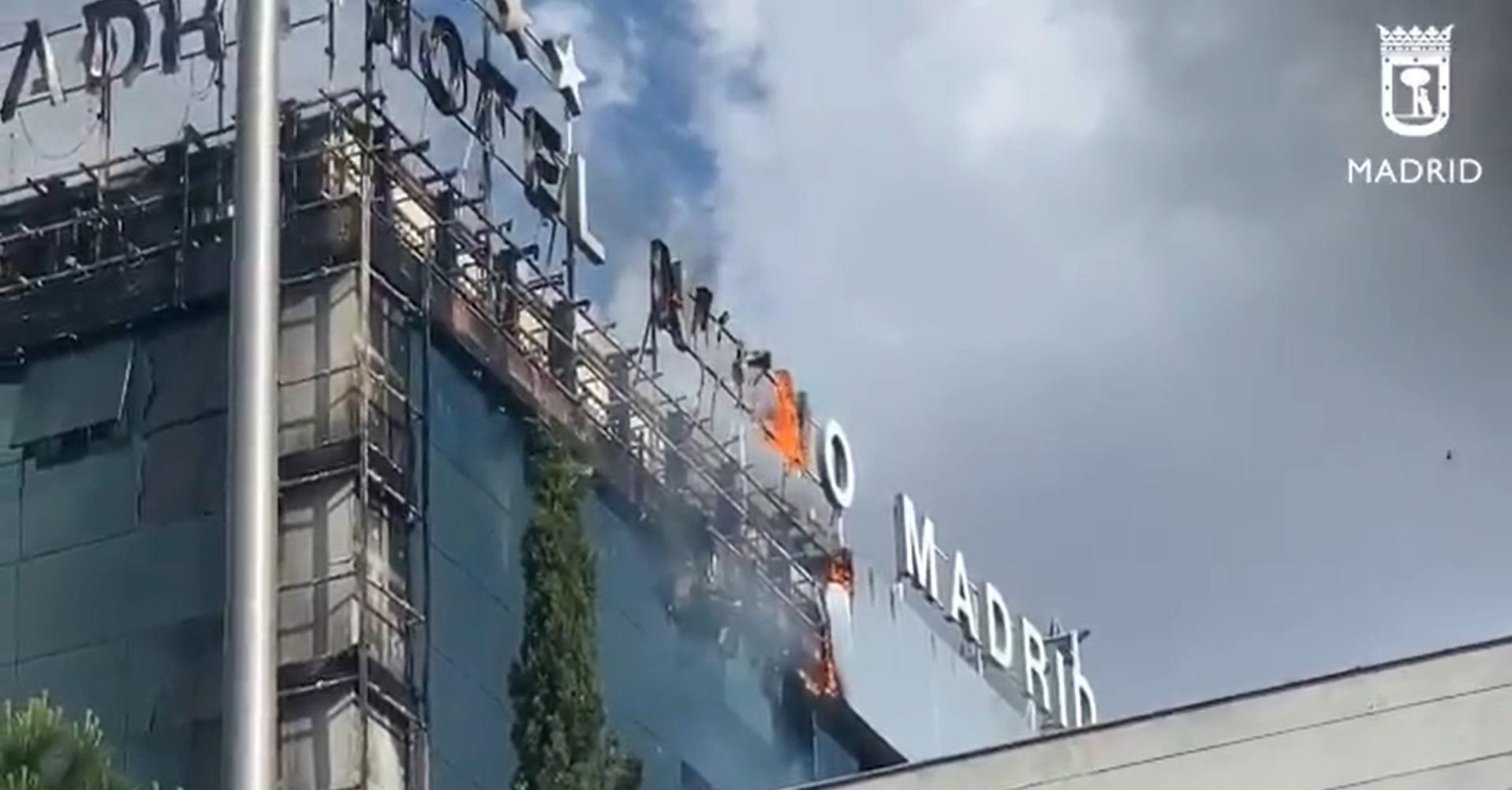 Imatge de l'incendi de part de la façana de l'hotel Nuevo Madrid