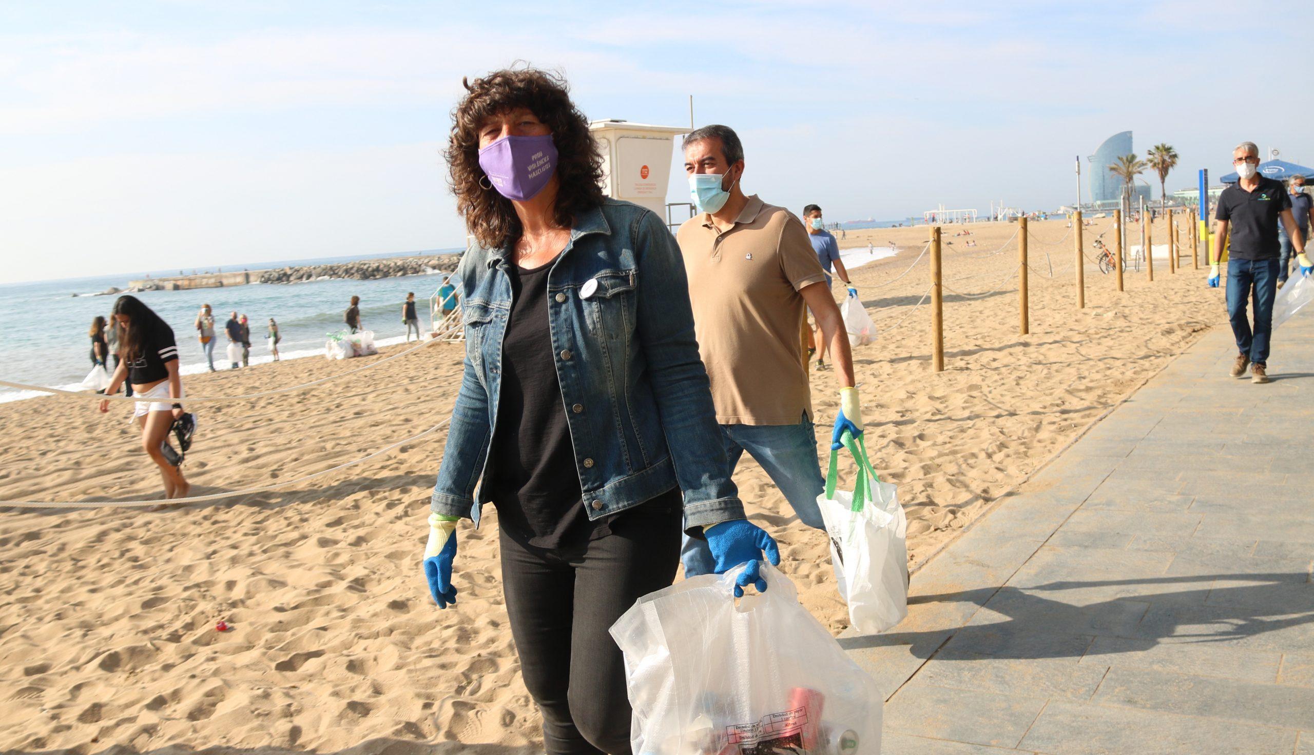 La consellera d'Acció Climàtica, Teresa Jordà, recollint deixalles a la platja del Somorrostro de Barcelona (ACN)