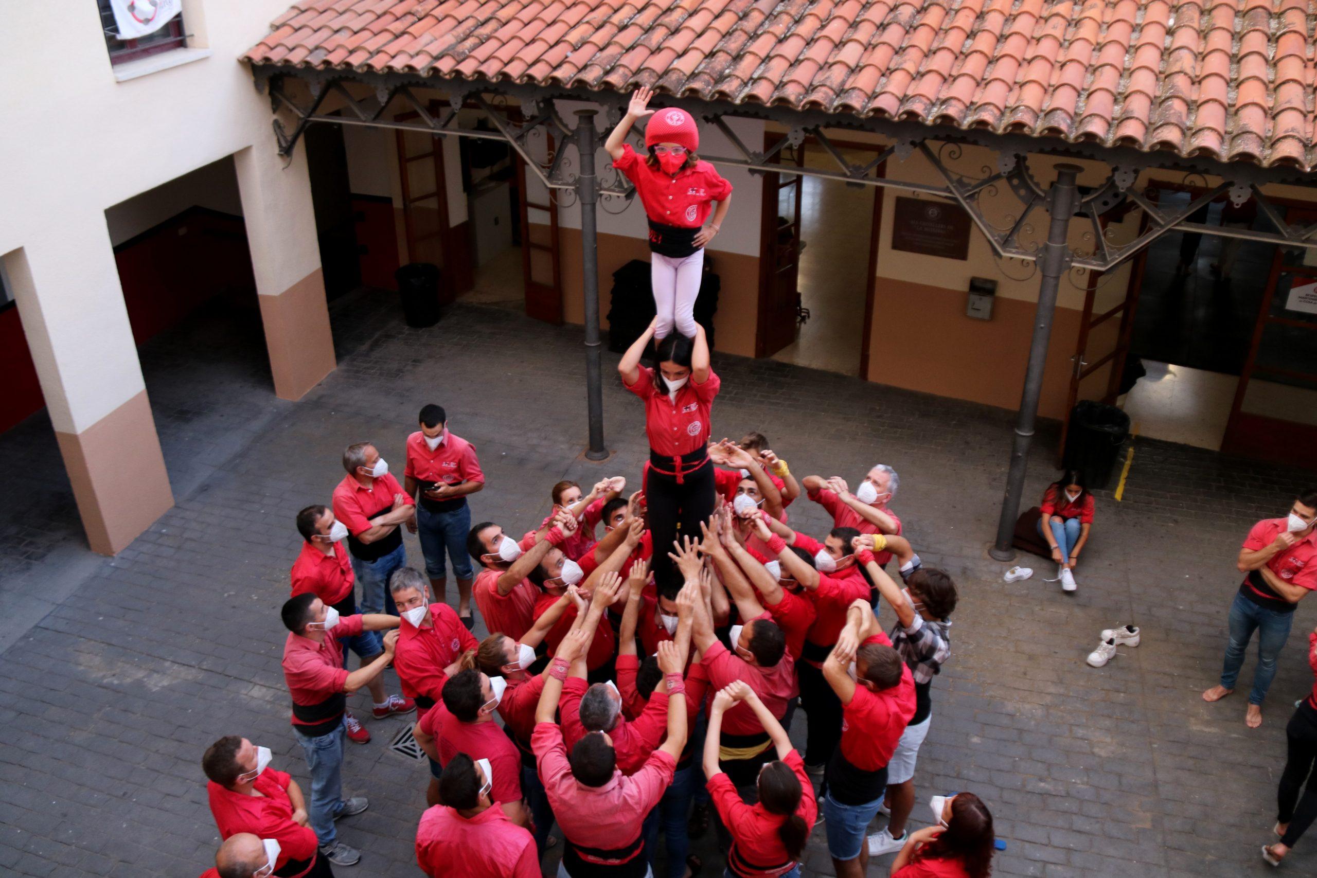 Els castellers de la Colla Joves dels Xiquets de Valls fent un pilar a l'exterior del local en el primer assaig de la prova pilot per reprendre l'activitat castellera per la diada de Sant Joan (ACN)