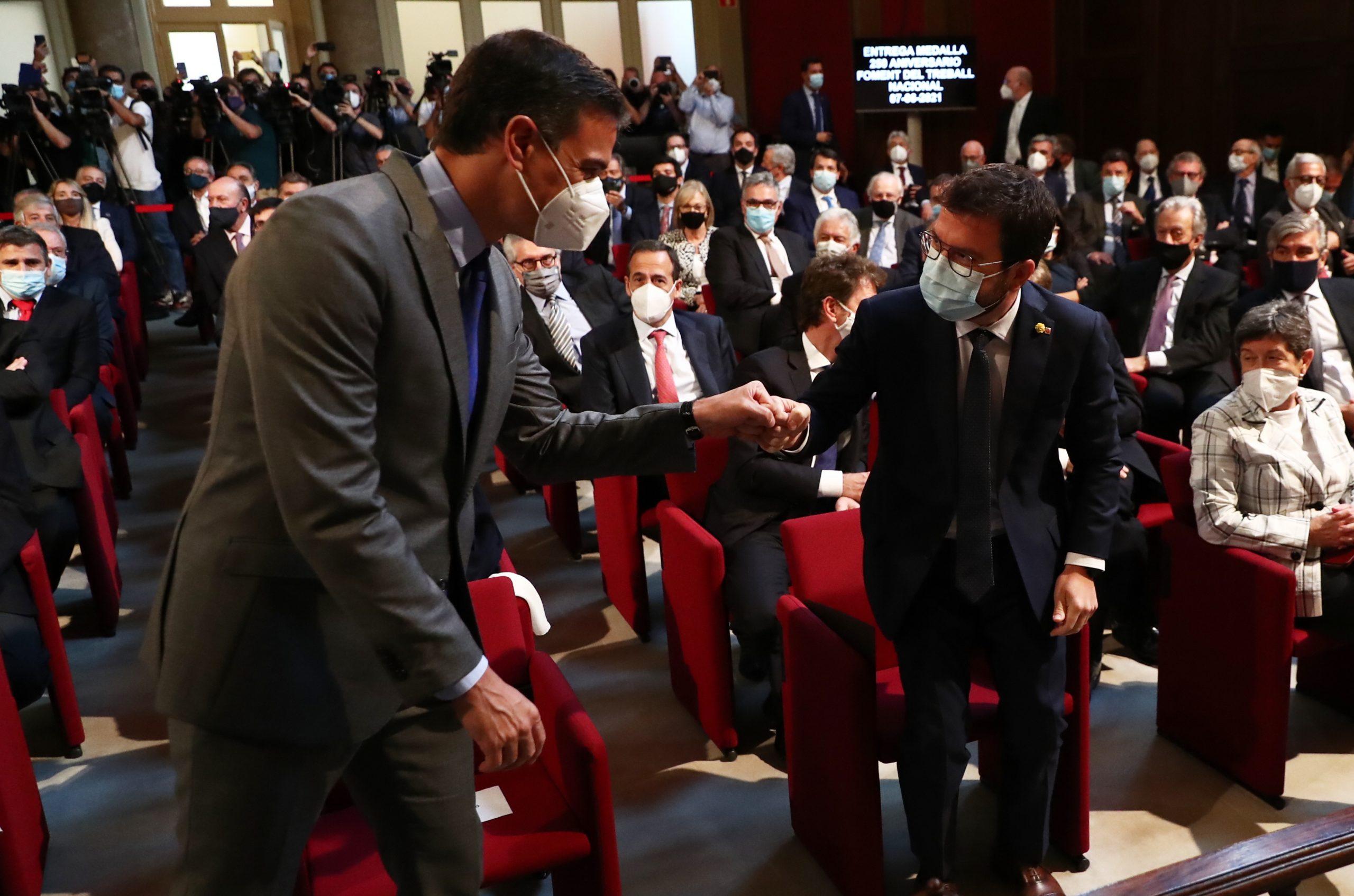 El president espanyol, Pedro Sánchez, i el de la Generalitat, Pere Aragonès, saludant-se amb el puny   ACN