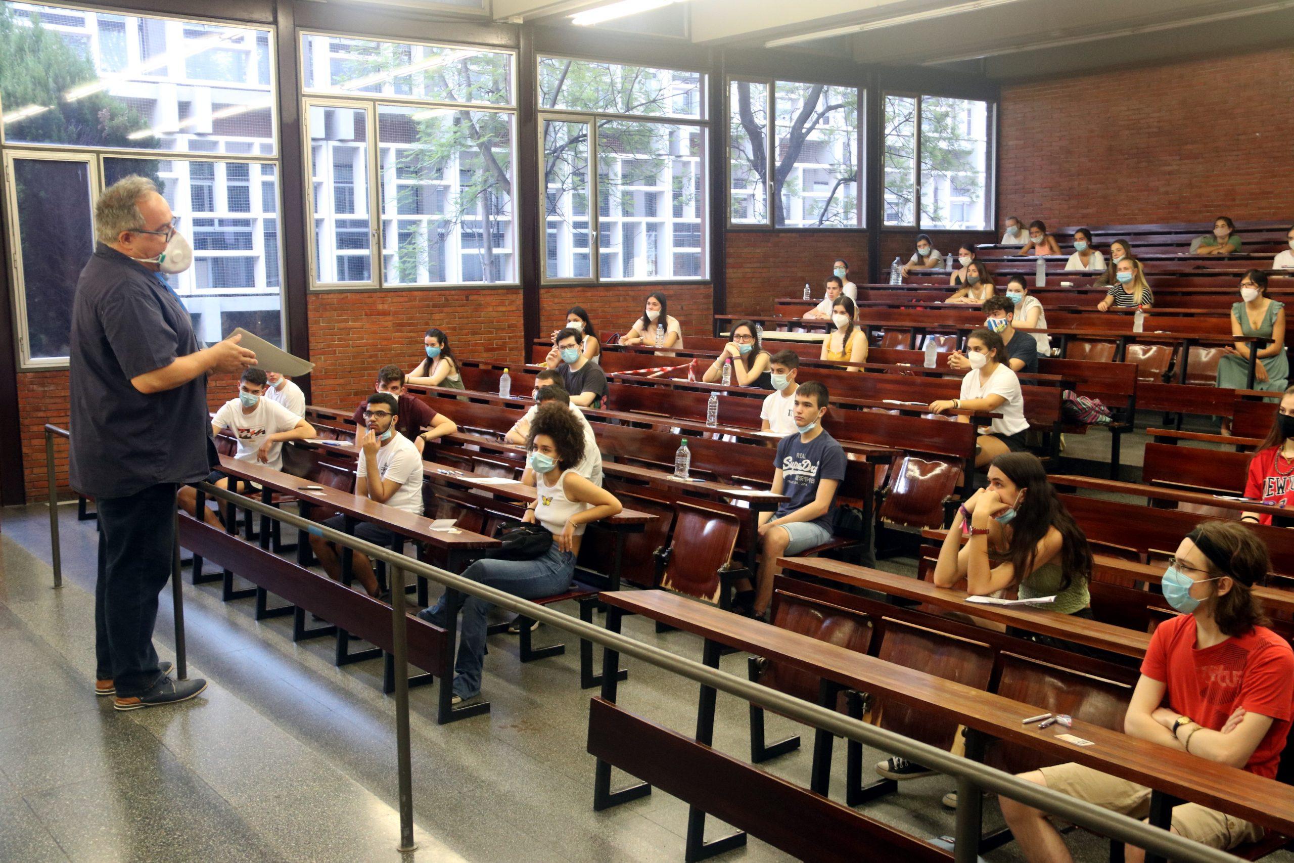 Una aula a la Facultat d'Economia i Empresa de la UB abans de començar el primer examen de les PAU | ACN