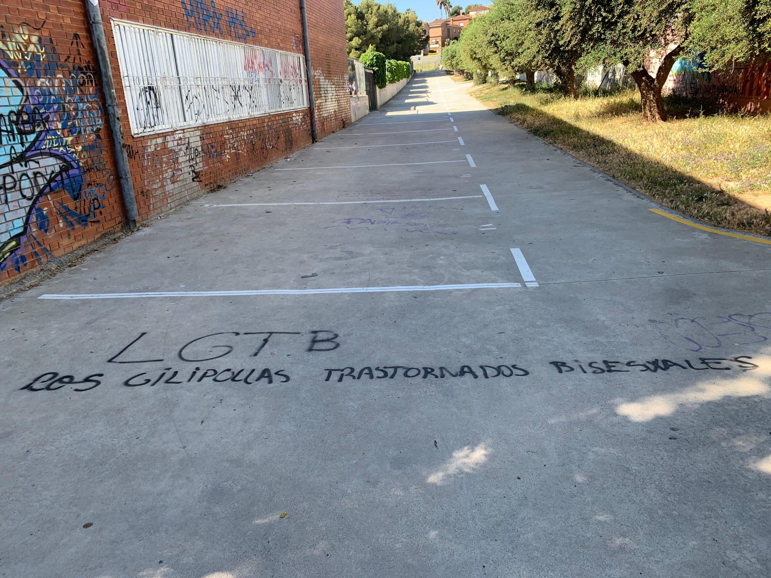 Una pintada contra el col·lectiu LGTBI apareguda a la zona escolar del Vendrell   ACN