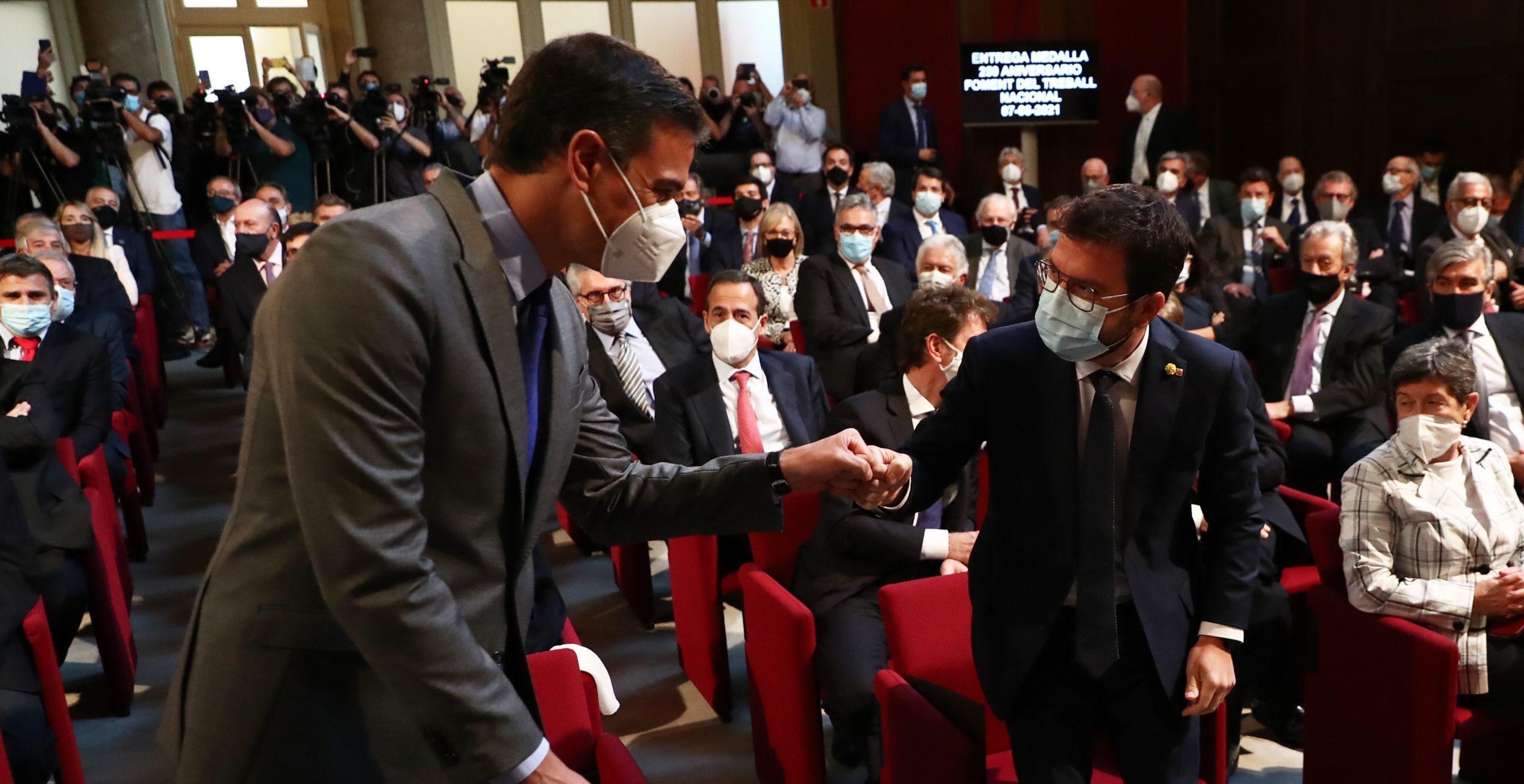 El president espanyol, Pedro Sánchez, i el de la Generalitat, Pere Aragonès, saludant-se amb el puny el 7 de juny de 2021 (ACN)