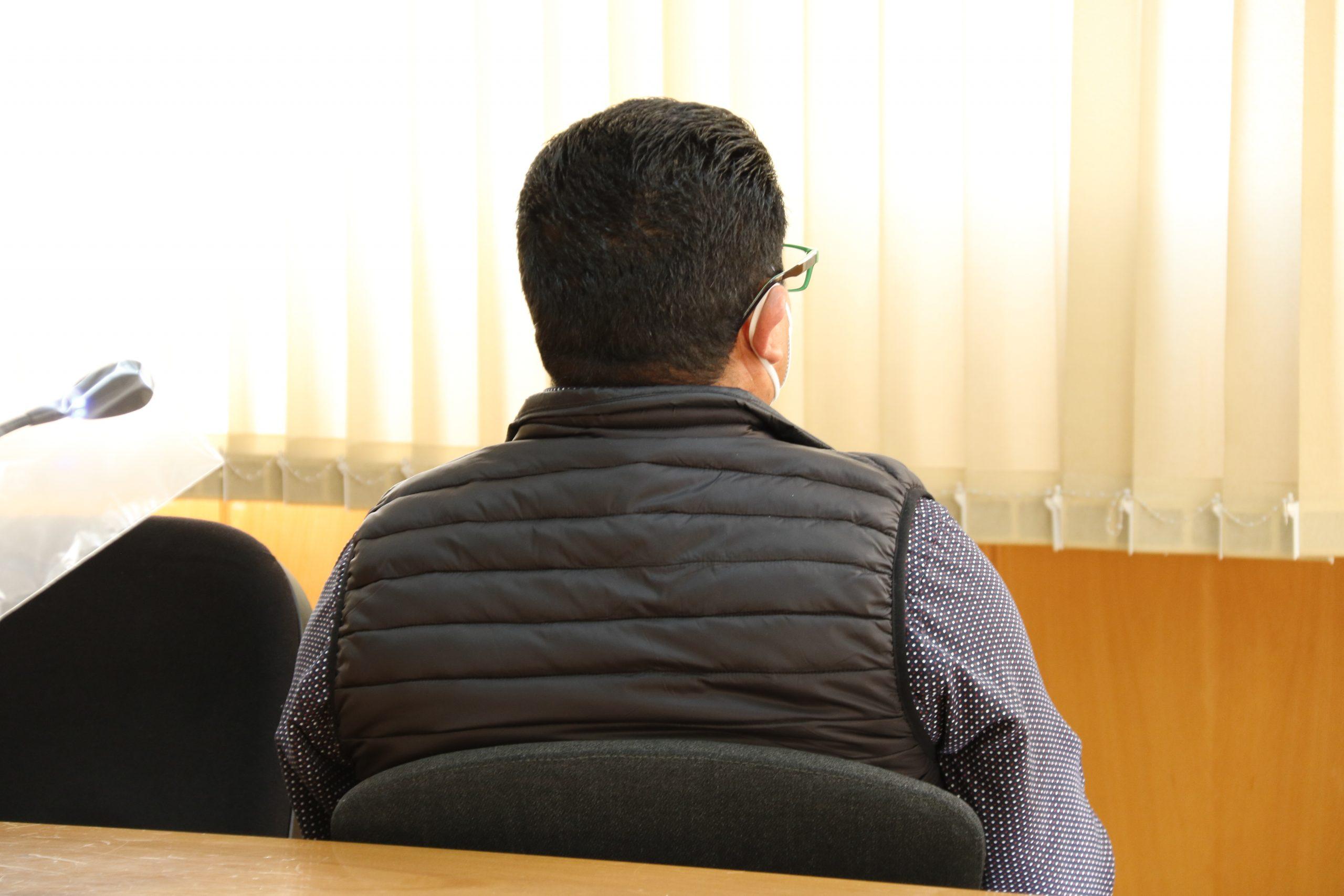 D'esquena, l'acusat d'abusar sexualment de la fillastra a Reus (ACN)