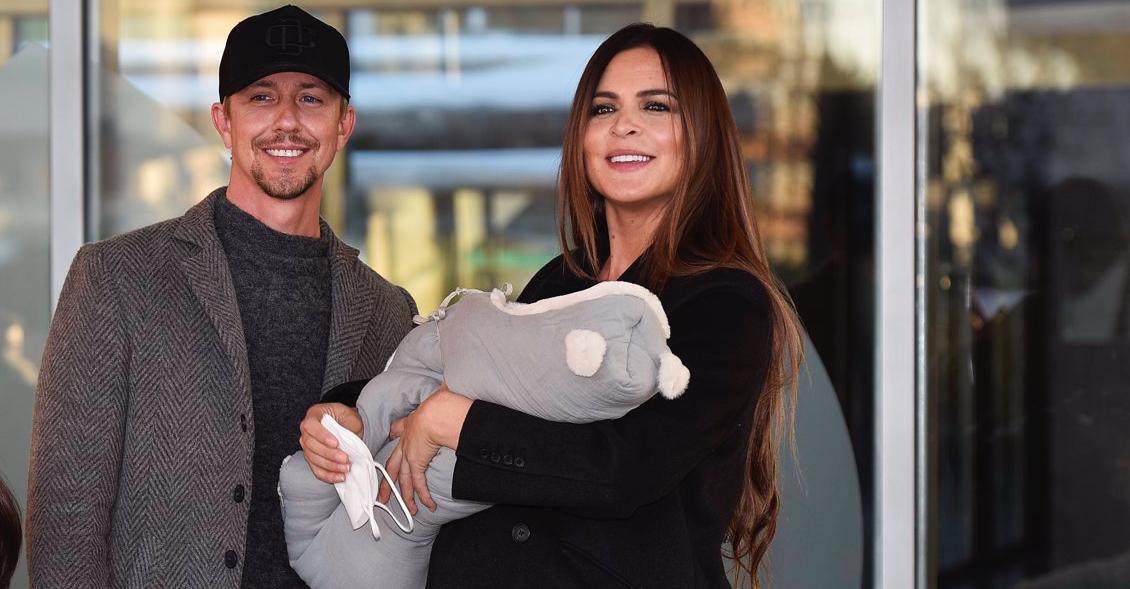 Guti i Romina, amb els fills a la sortida de l'hospital - Europa Press