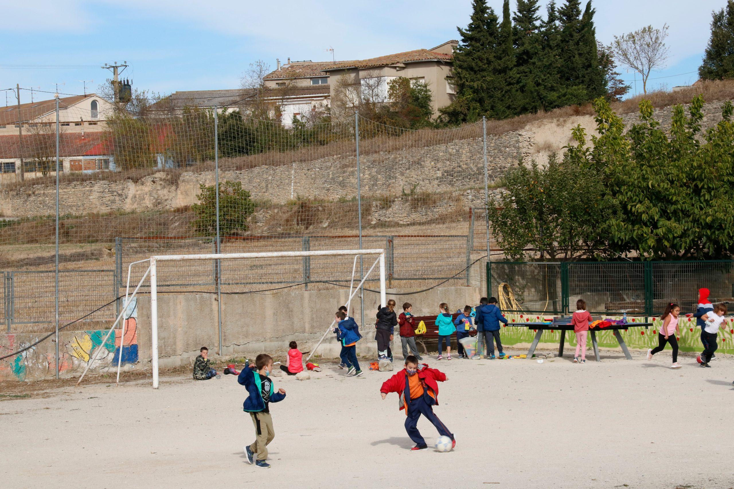 Nens jugant a futbol durant l'hora d'esbarjo al pati de l'escola (ACN)