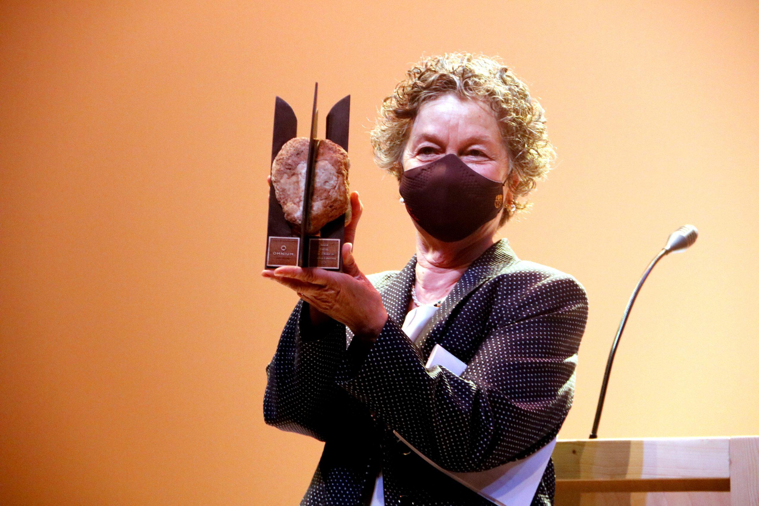 L'escriptora Maria Barbal amb el 53è Premi d'Honor de les Lletres Catalanes. Imatge del 10 de juny del 2021. (Horitzontal)