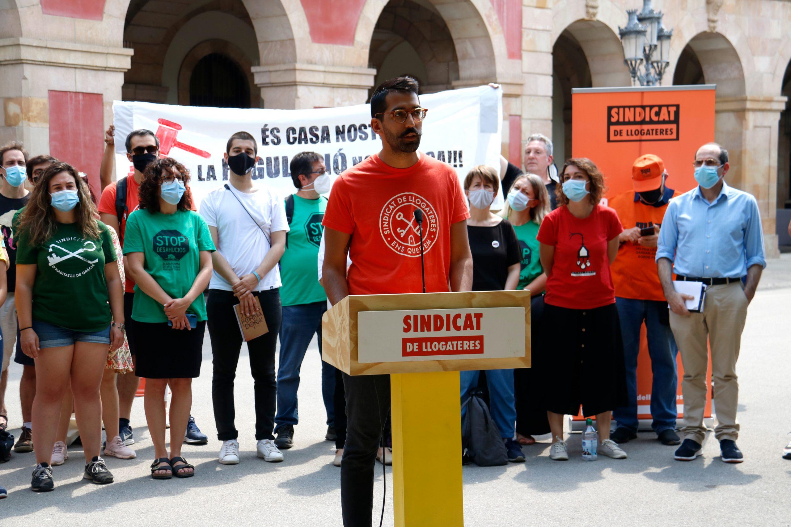 El portaveu del Sindicat de Llogateres, Rodrigo Martínez, durant la roda de premsa d'entitats davant del Parlament / ACN